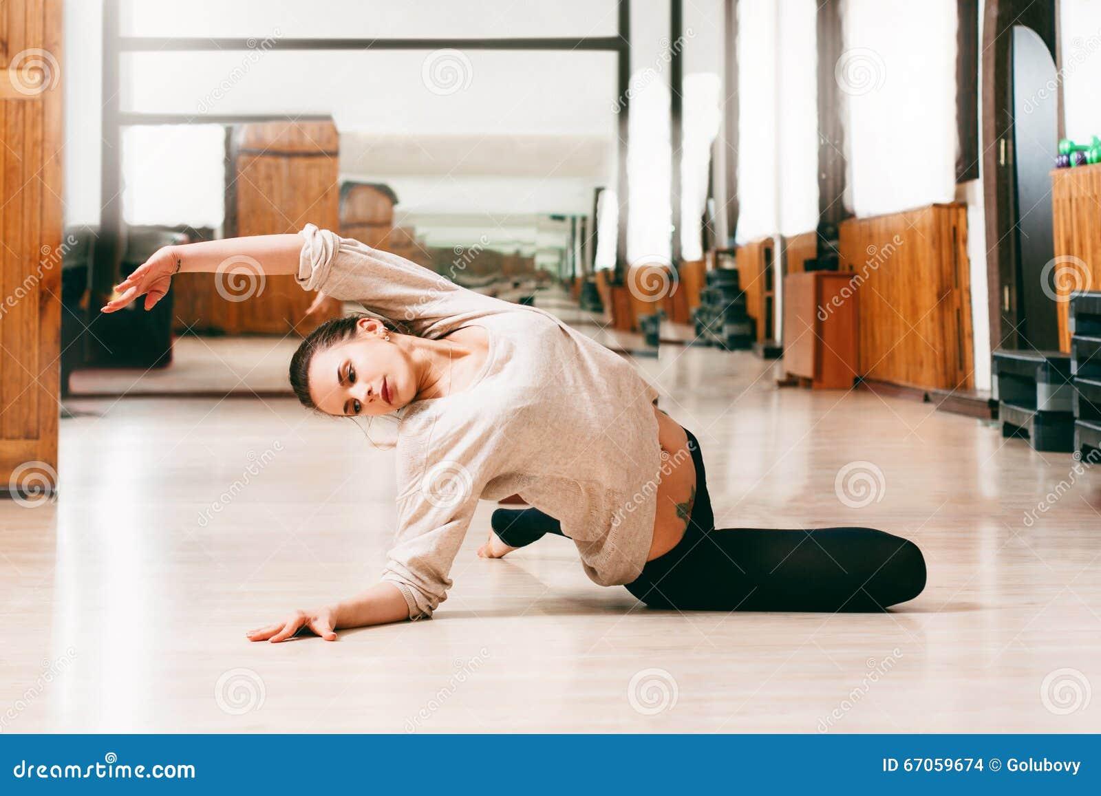 Jonge vrouwenmeisje het dansen eigentijdse dans