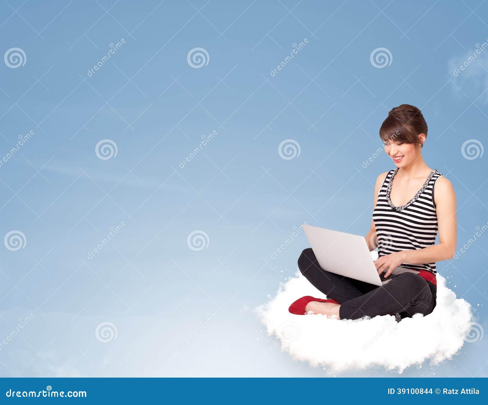 Jonge vrouwenzitting op wolk met exemplaarruimte
