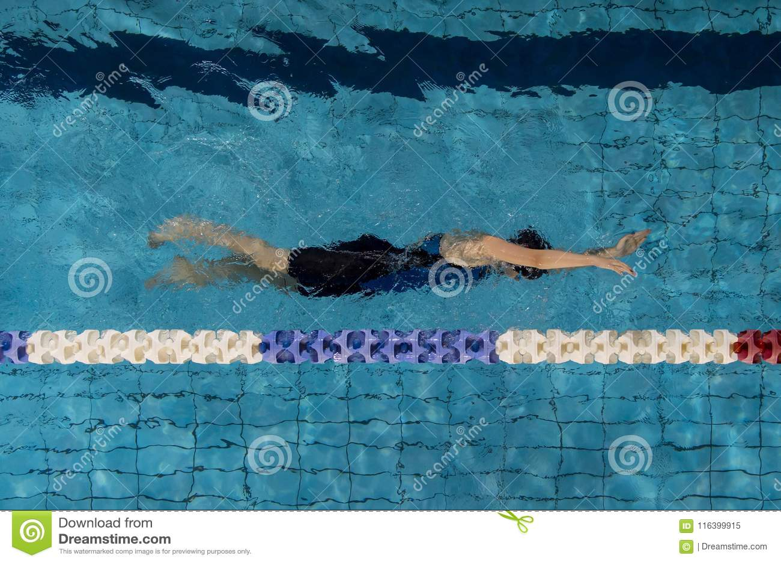Jonge vrouwenzwemmer in blauwe pool