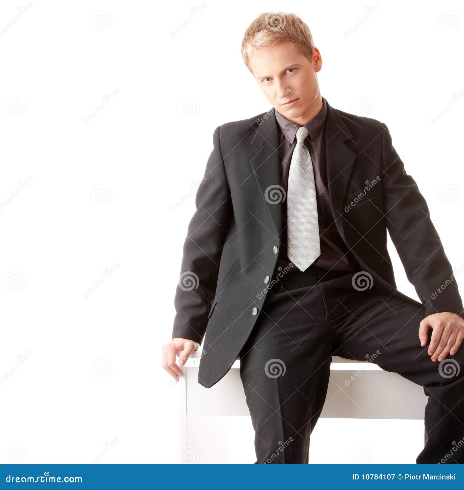 Jonge zakenman die op bureau situeert