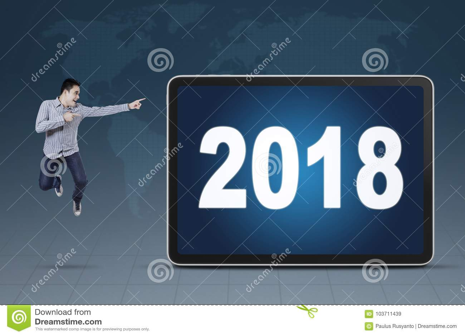 Jonge zakenman die op nummer 2018 richten