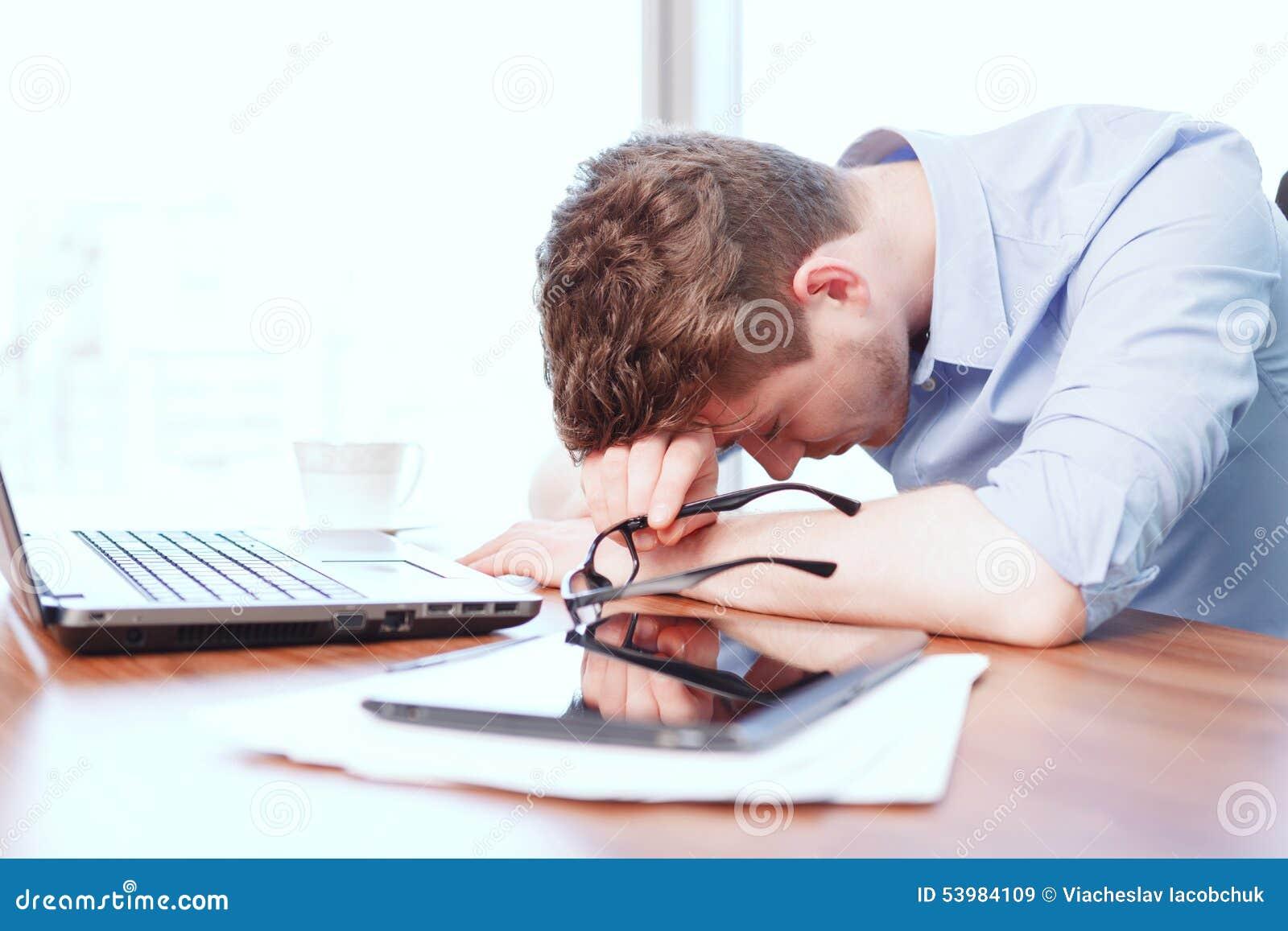 Jonge zakenmanslaap op bureau