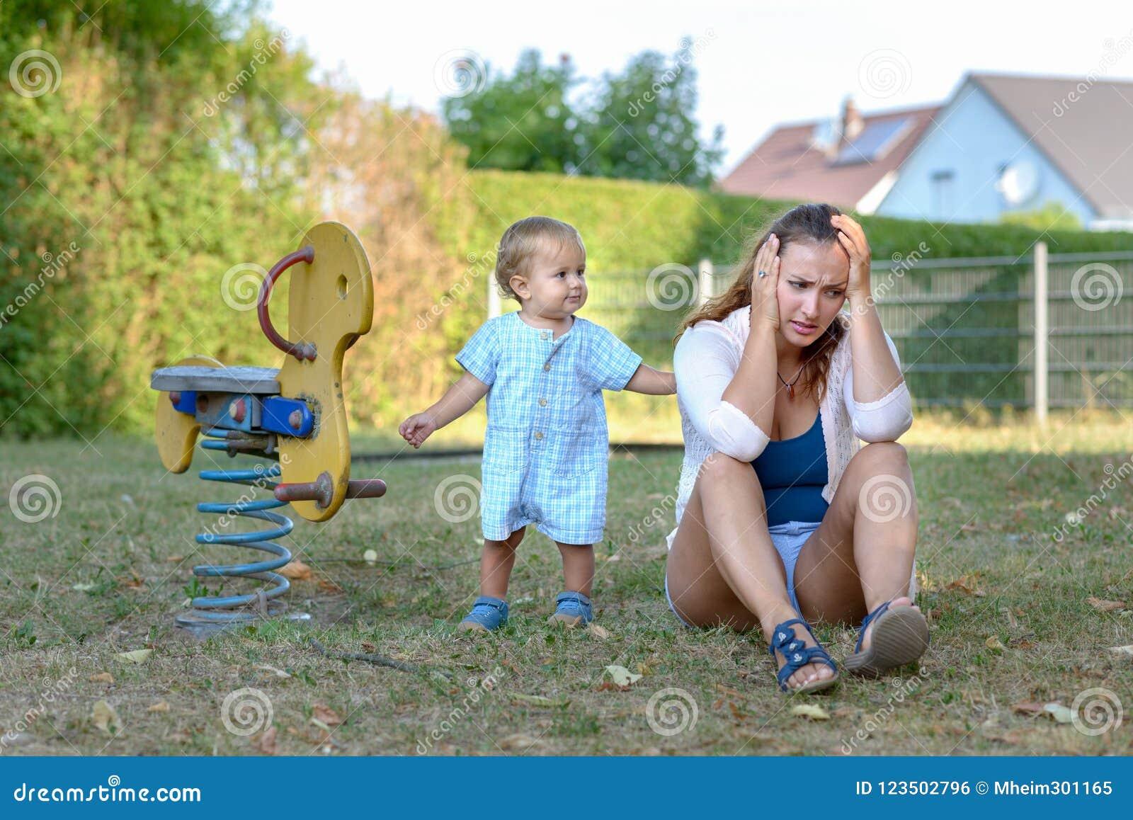 Jonge zoon die zijn beklemtoonde moeder troosten