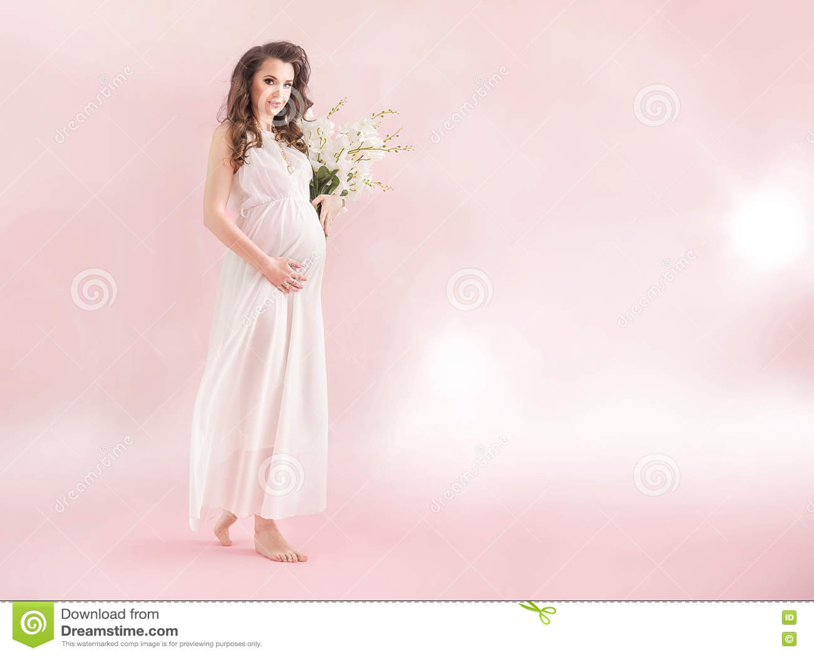 Jonge zwangere nimf die een boeket van houden wildflowers