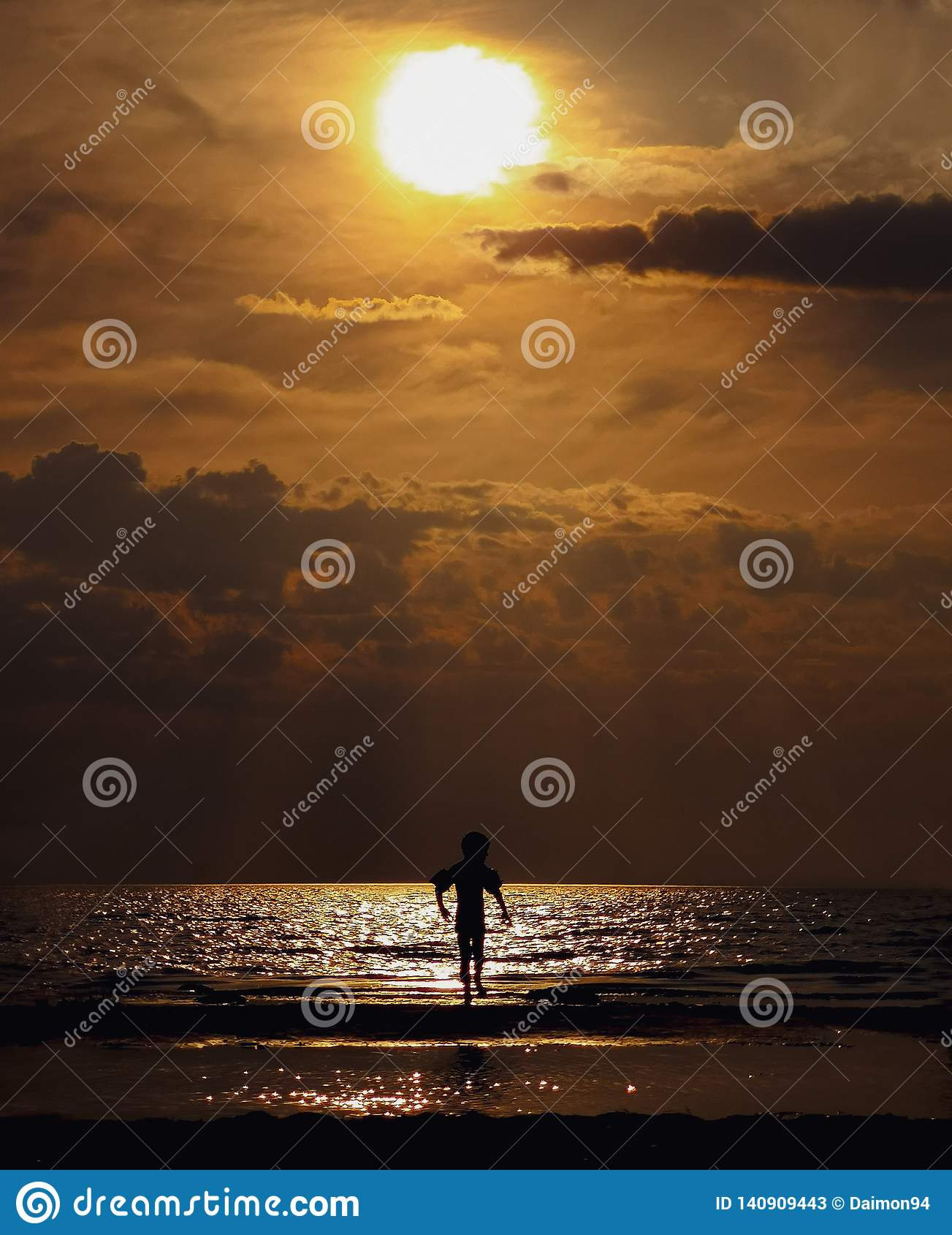 Jongen bij zonsondergang Golf van Finland, het gebied van Leningrad