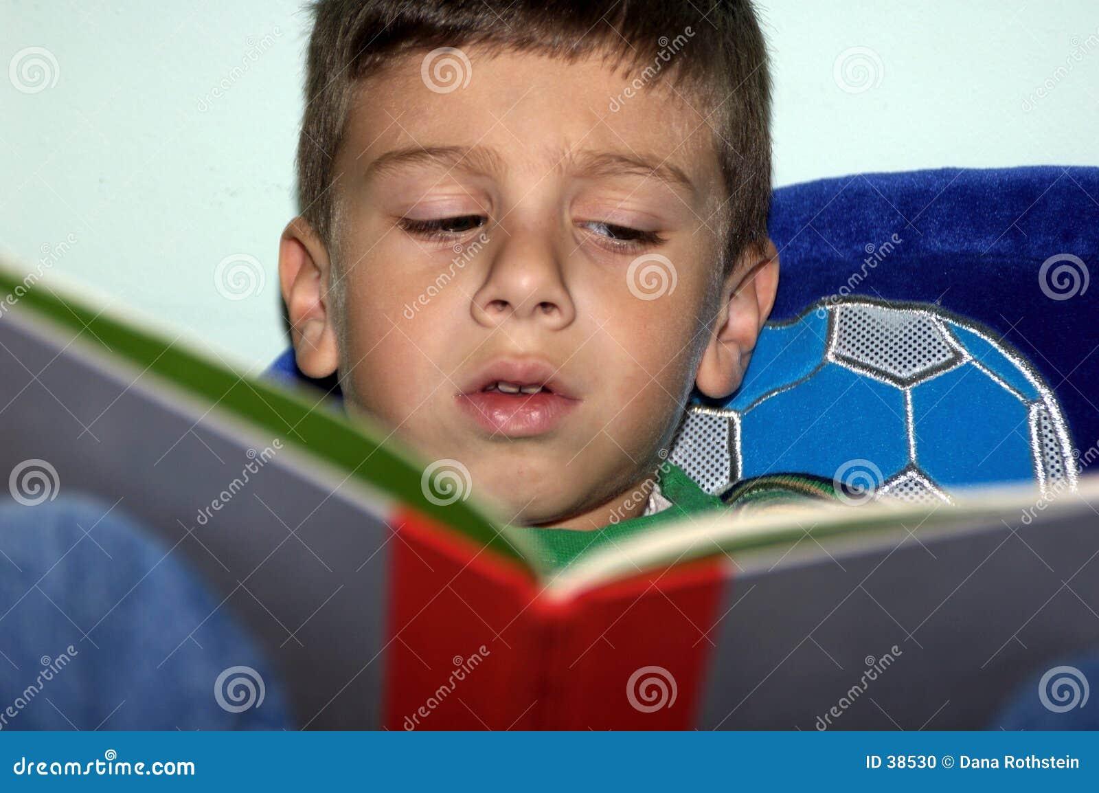 Jongen die 2 leest