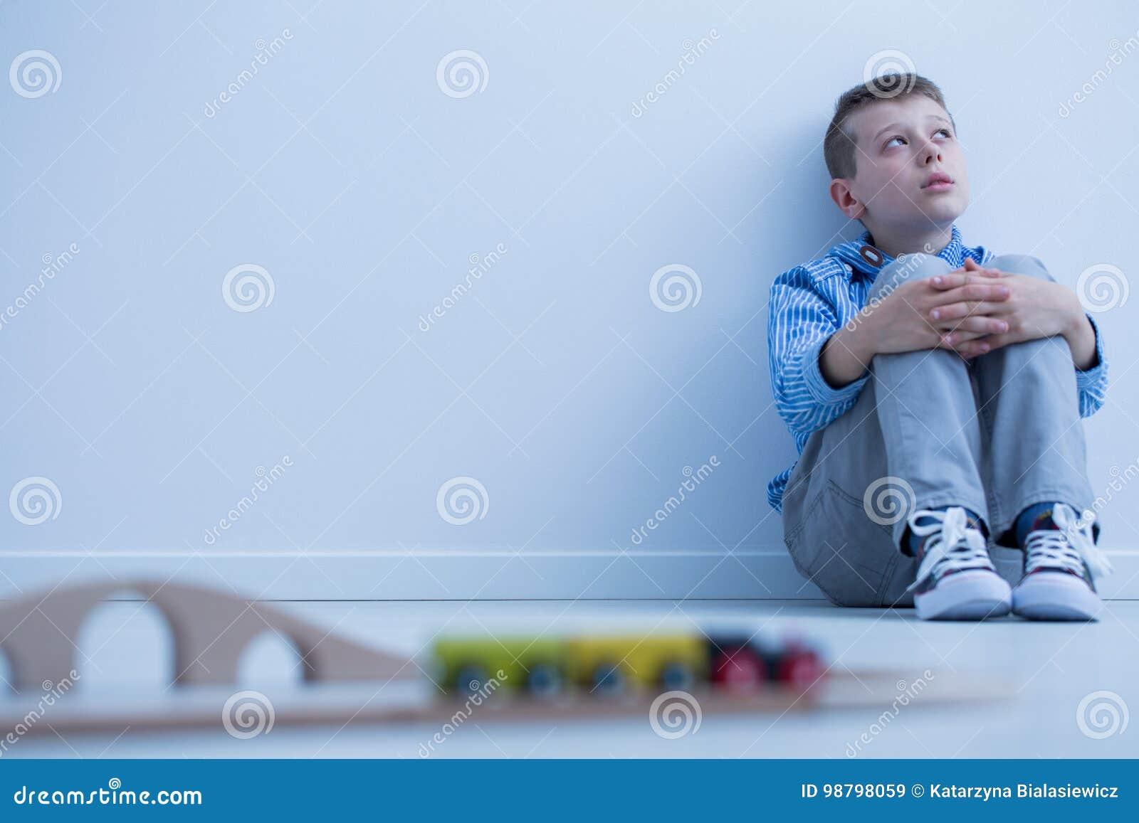 Jongen die bij muur meespelen