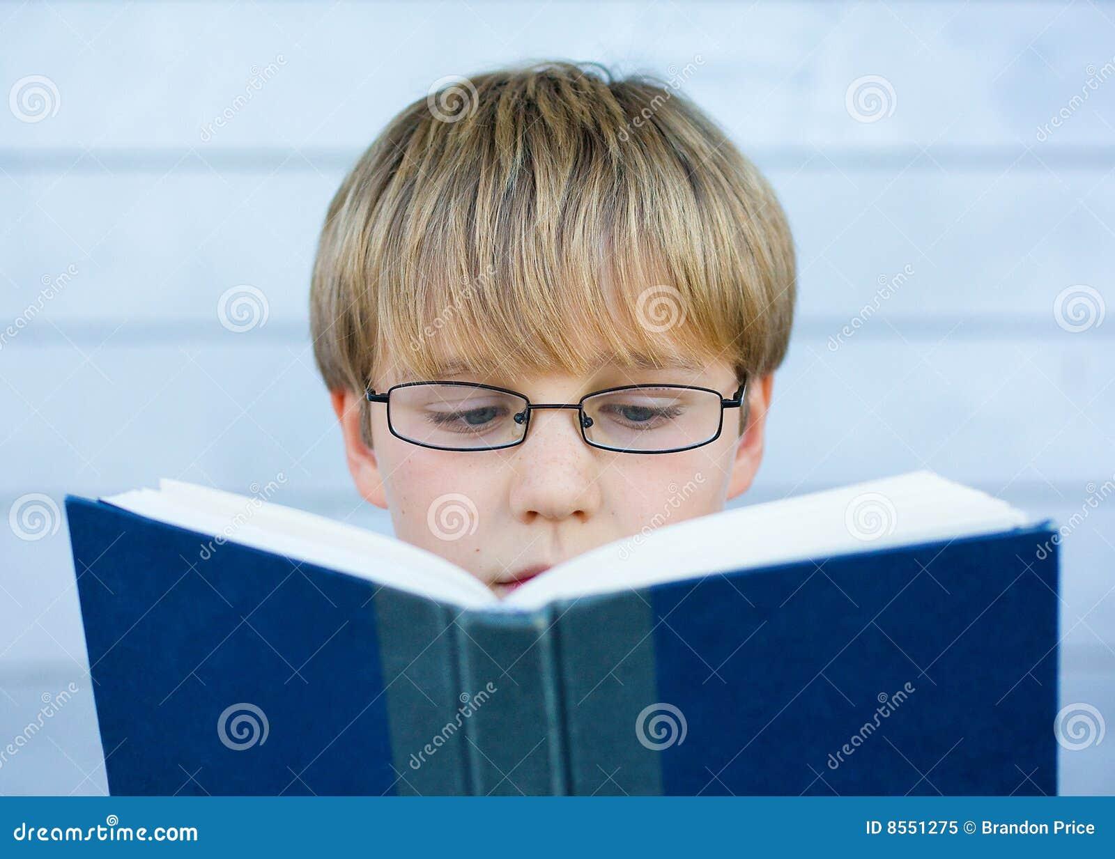 Jongen die blauw boek leest