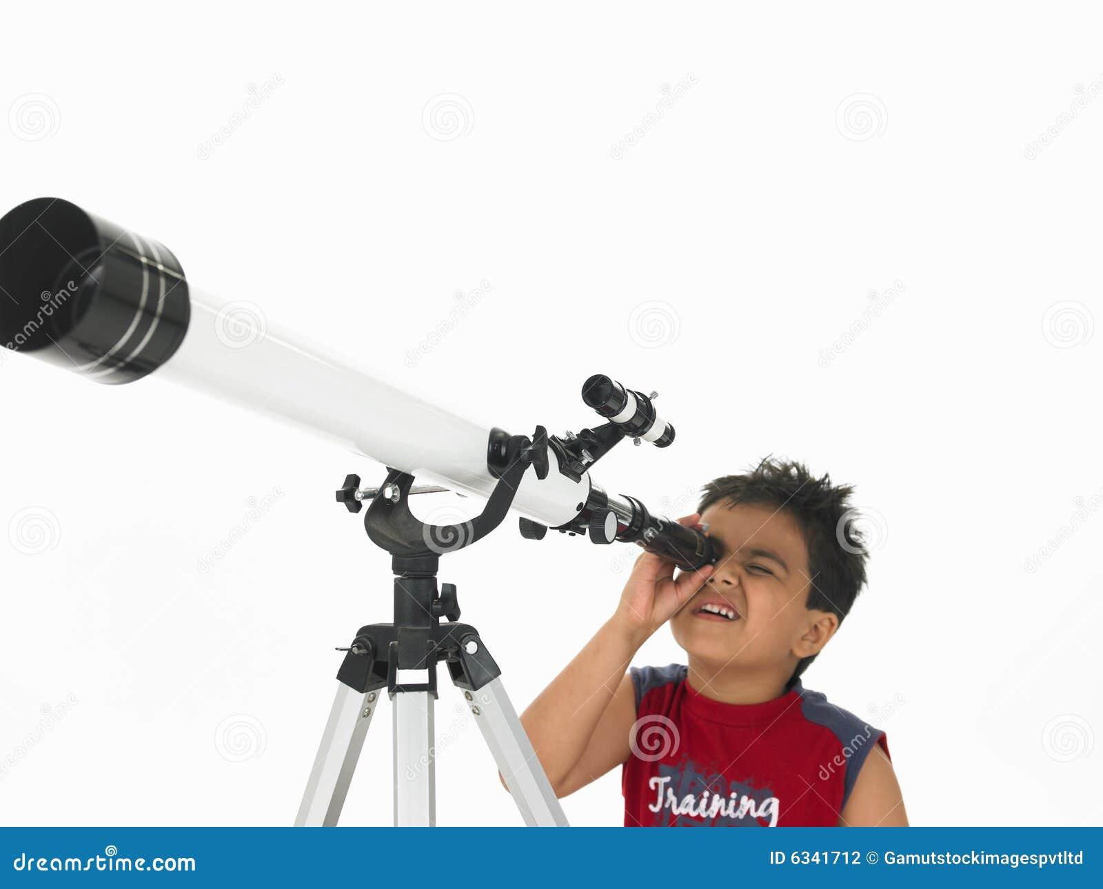 Jongen die door een telescoop kijkt