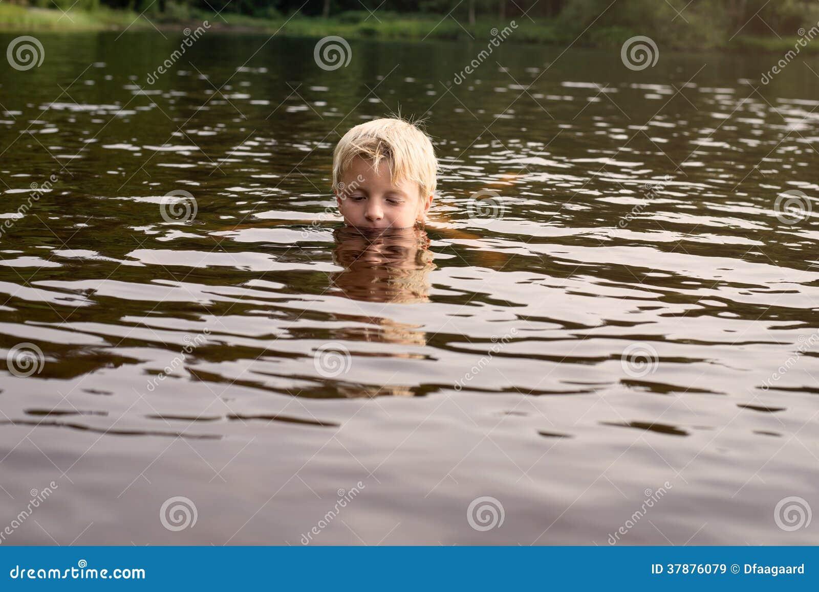 Jongen die in een meer zwemmen recente middag