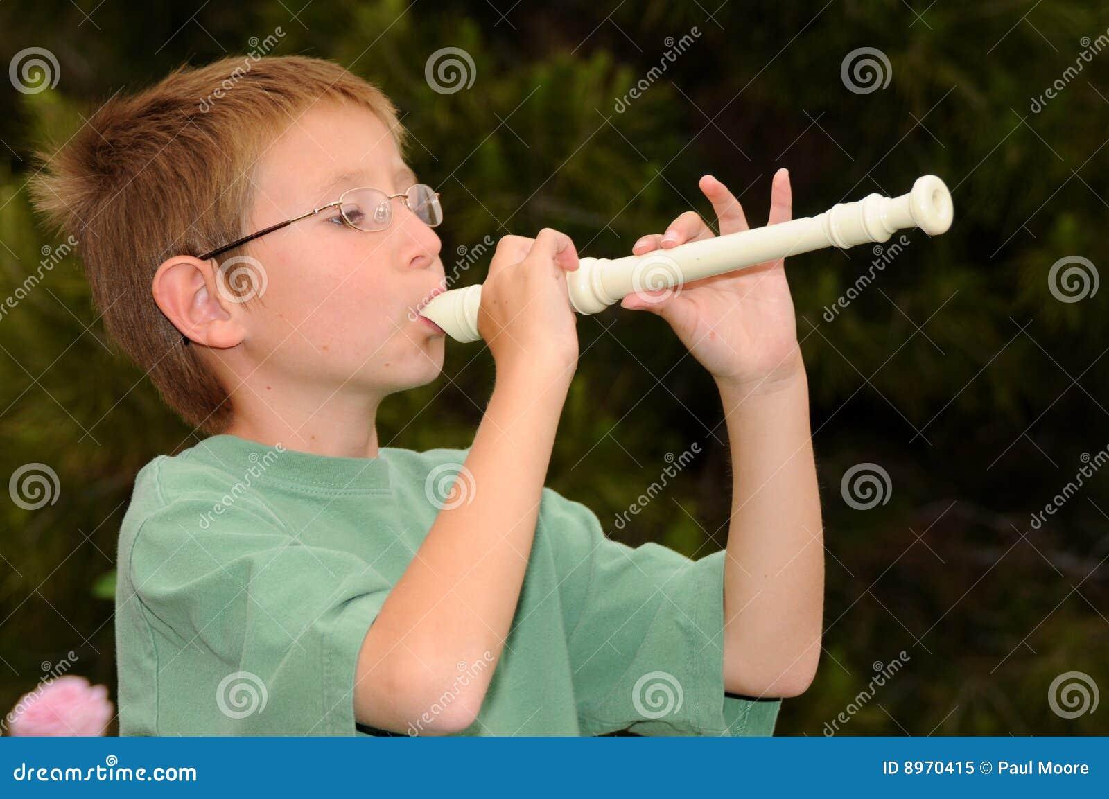 Jongen die een registreertoestel speelt