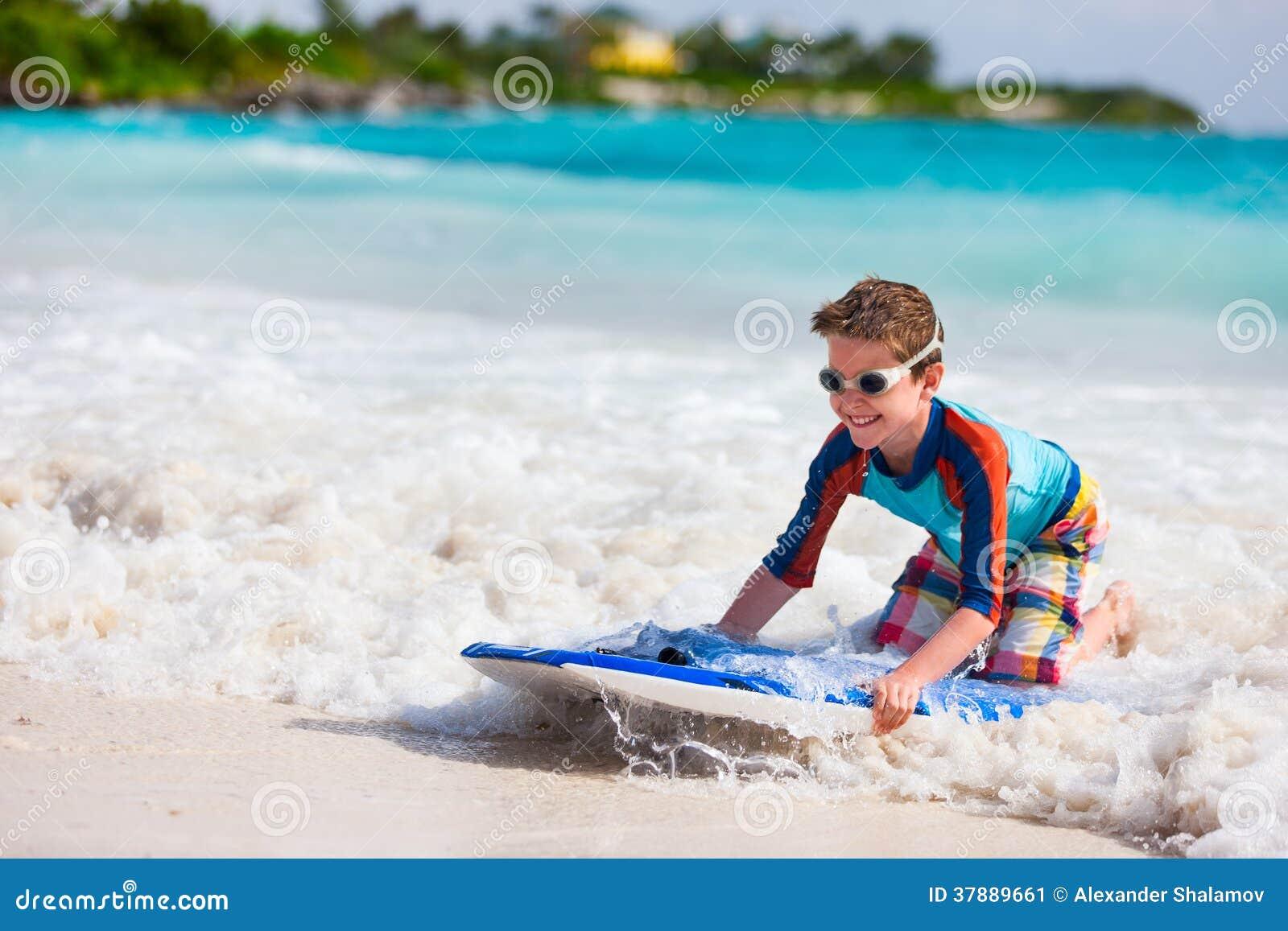 Jongen die op boogieraad zwemmen