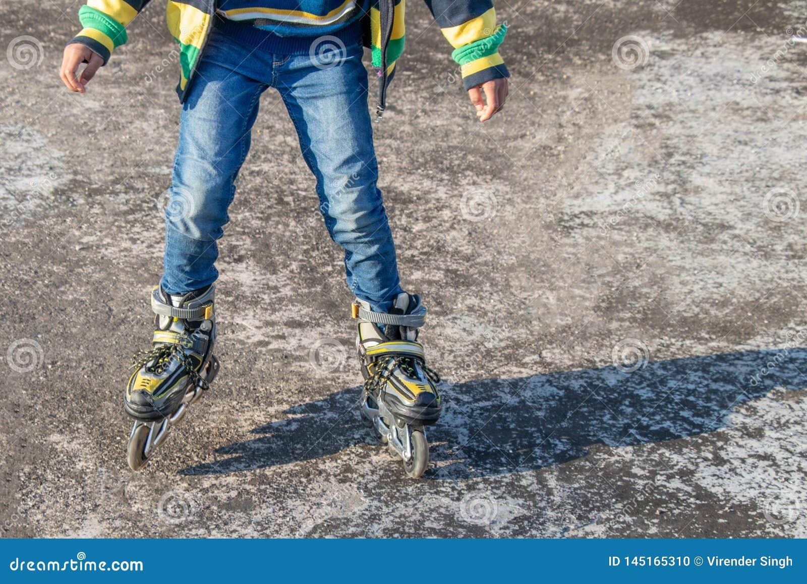 Jongen die op concrete vloer schaatsen