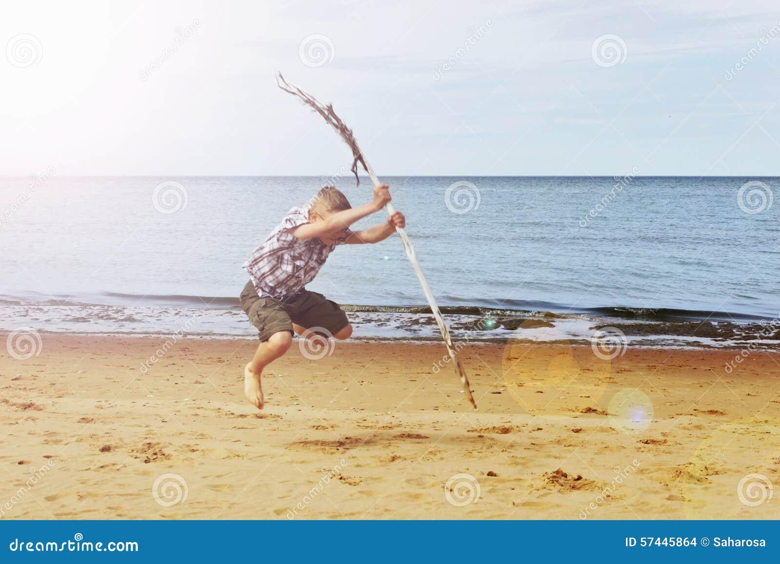 Jonge Jongen Die Op Strand Met Vlieger Het Glimlachen