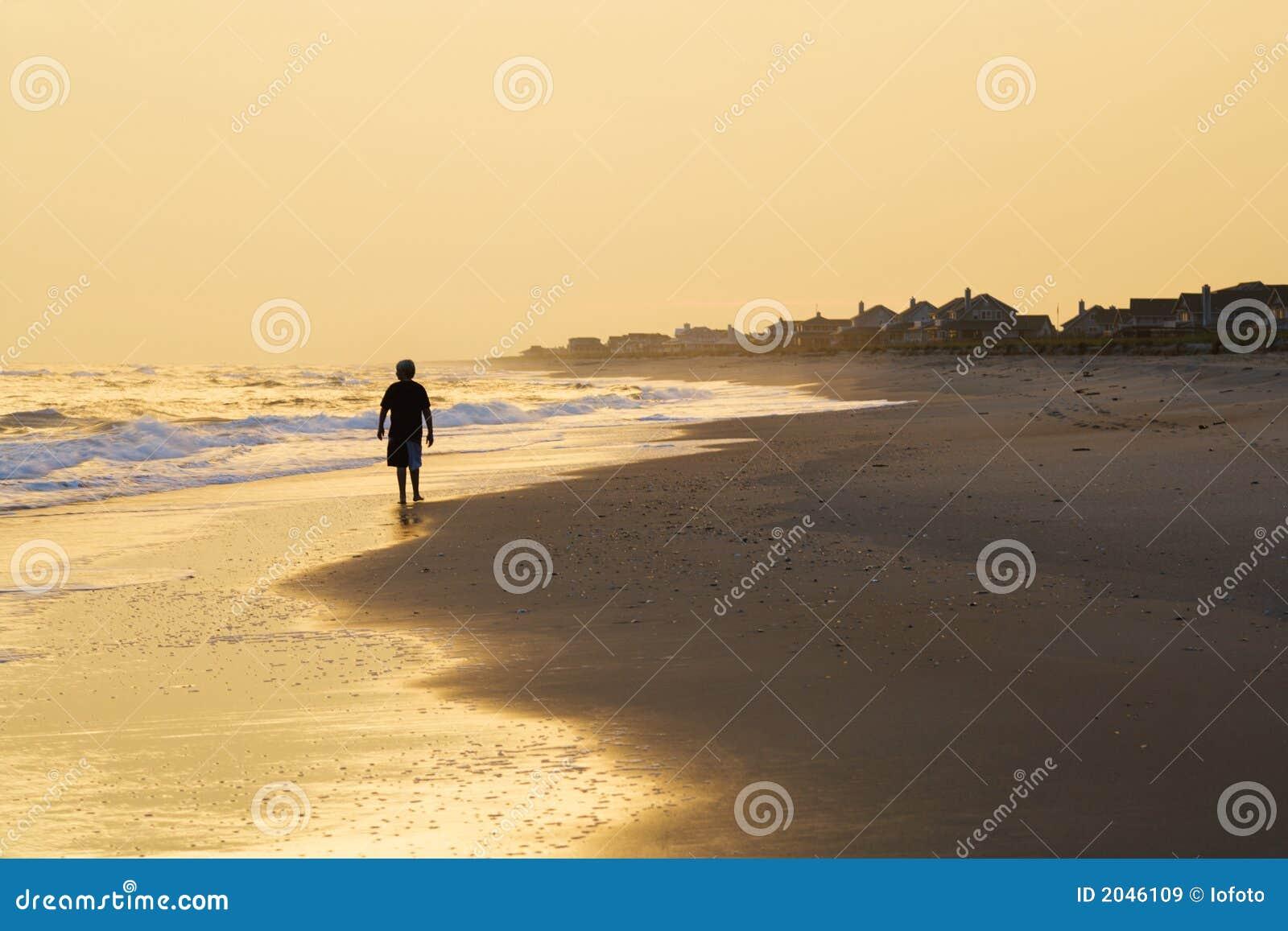 Jonge Jongen Die Op Strand Loopt Stock Foto - Afbeelding
