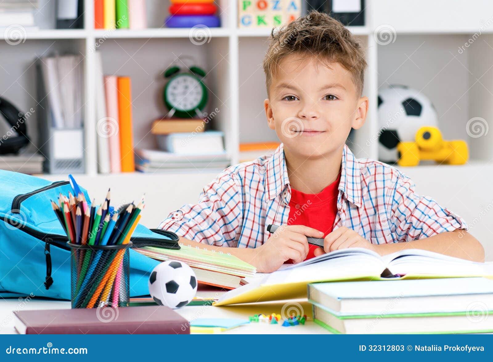 Jongen die thuiswerk doen