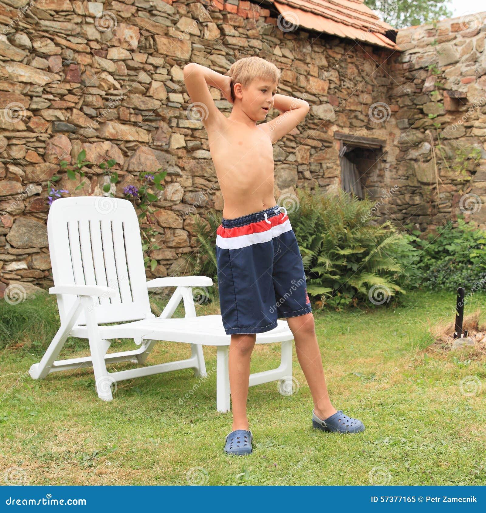 Jongen die voor tuinlanterfanter uitoefenen