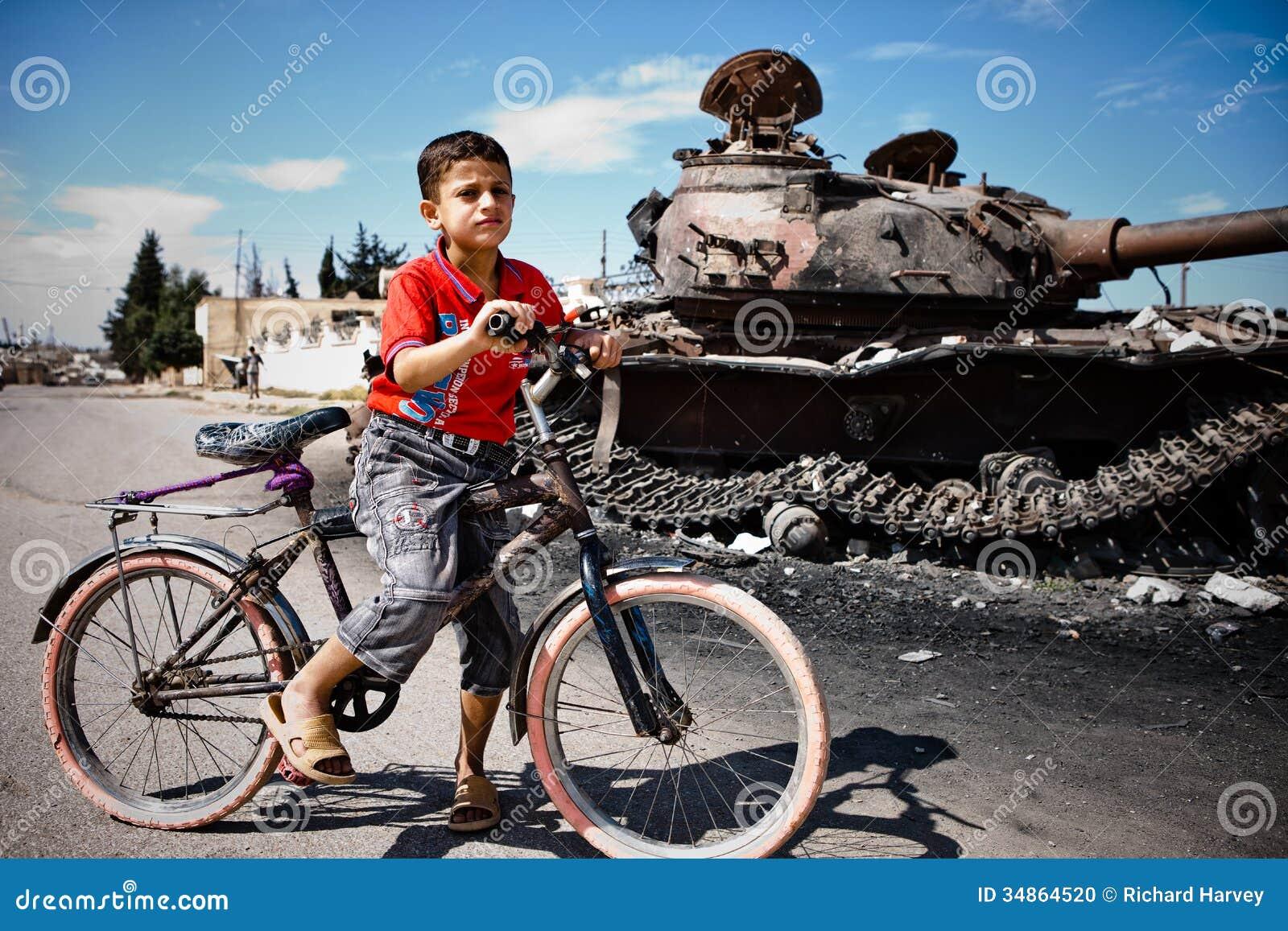 Jongen en fiets met T72 tank, Azaz, Syrië.