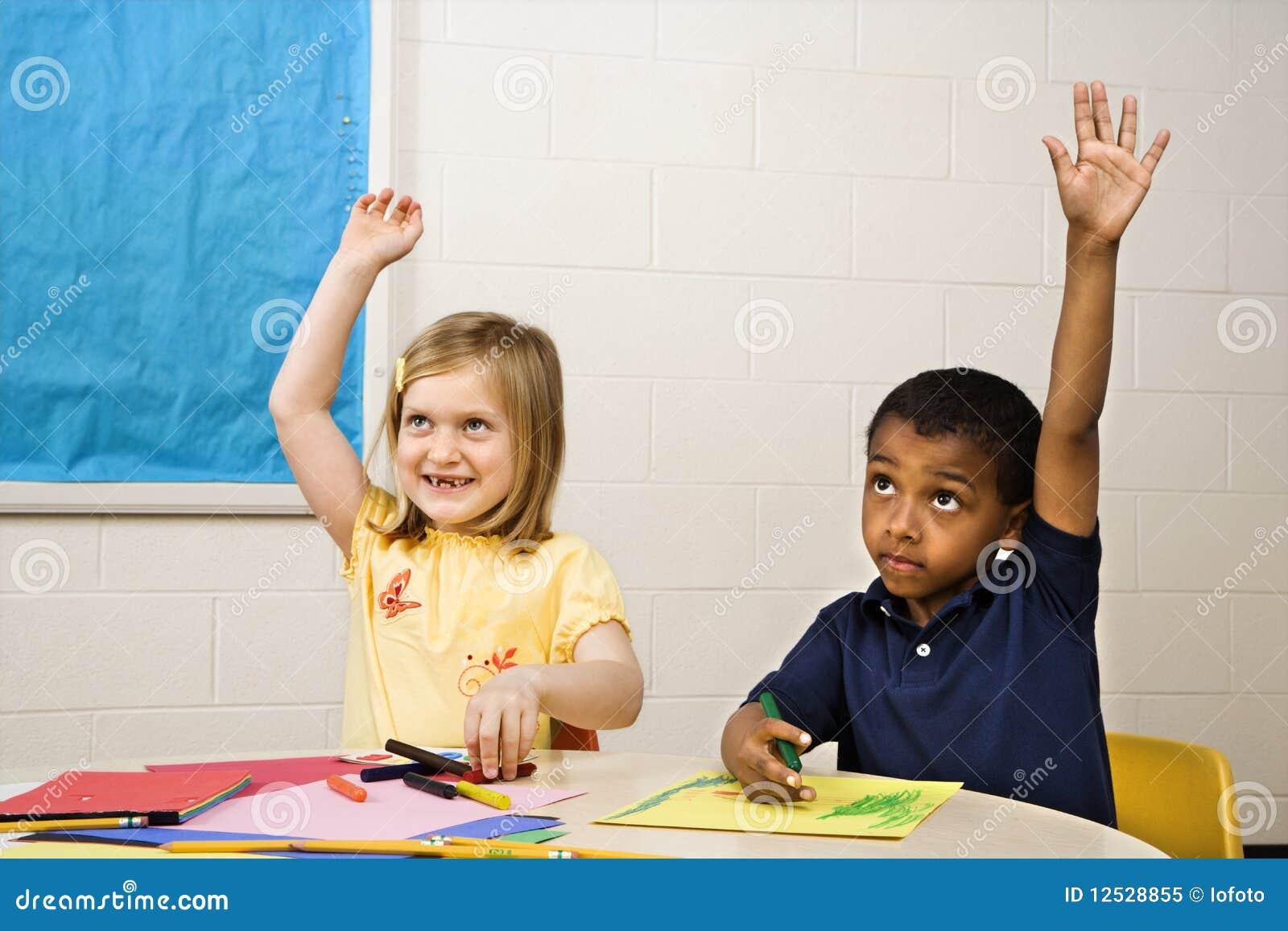Jongen en meisje in de klasse van de kunst stock afbeelding afbeelding 12528855 - Turquoise ruimte van de jongen ...