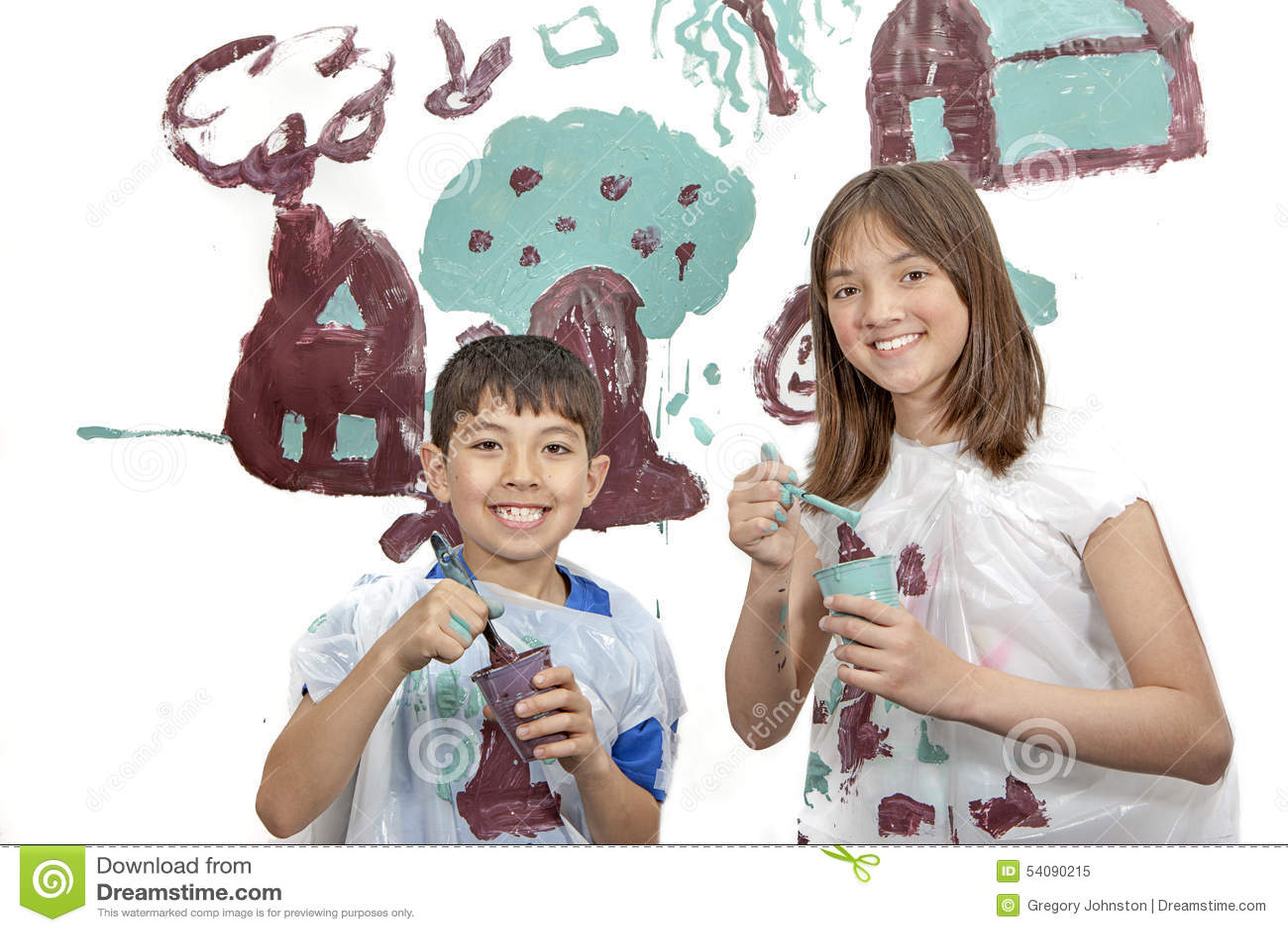 Jongen en meisje die alvorens te schilderen glimlachen