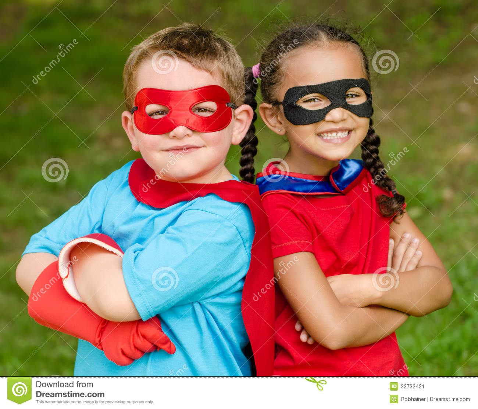 Jongen en meisje die beweren te zijn superheroes