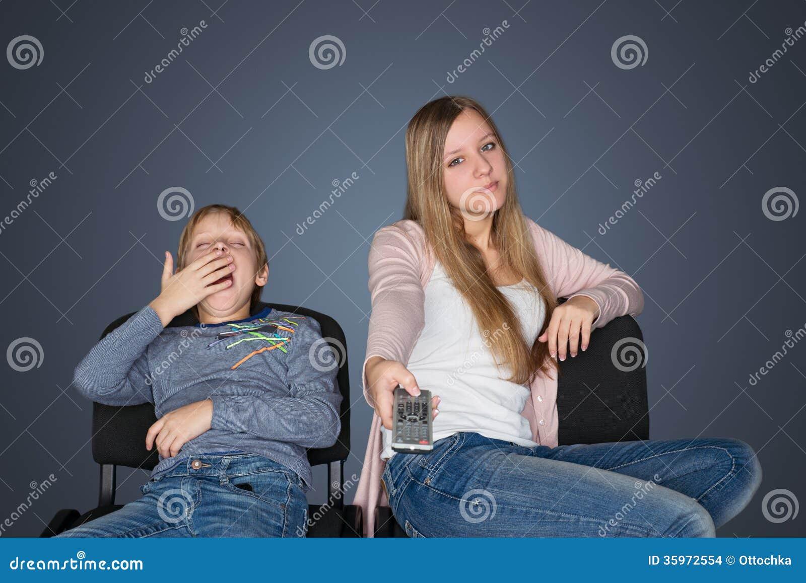 Jongen en meisje die op TV letten