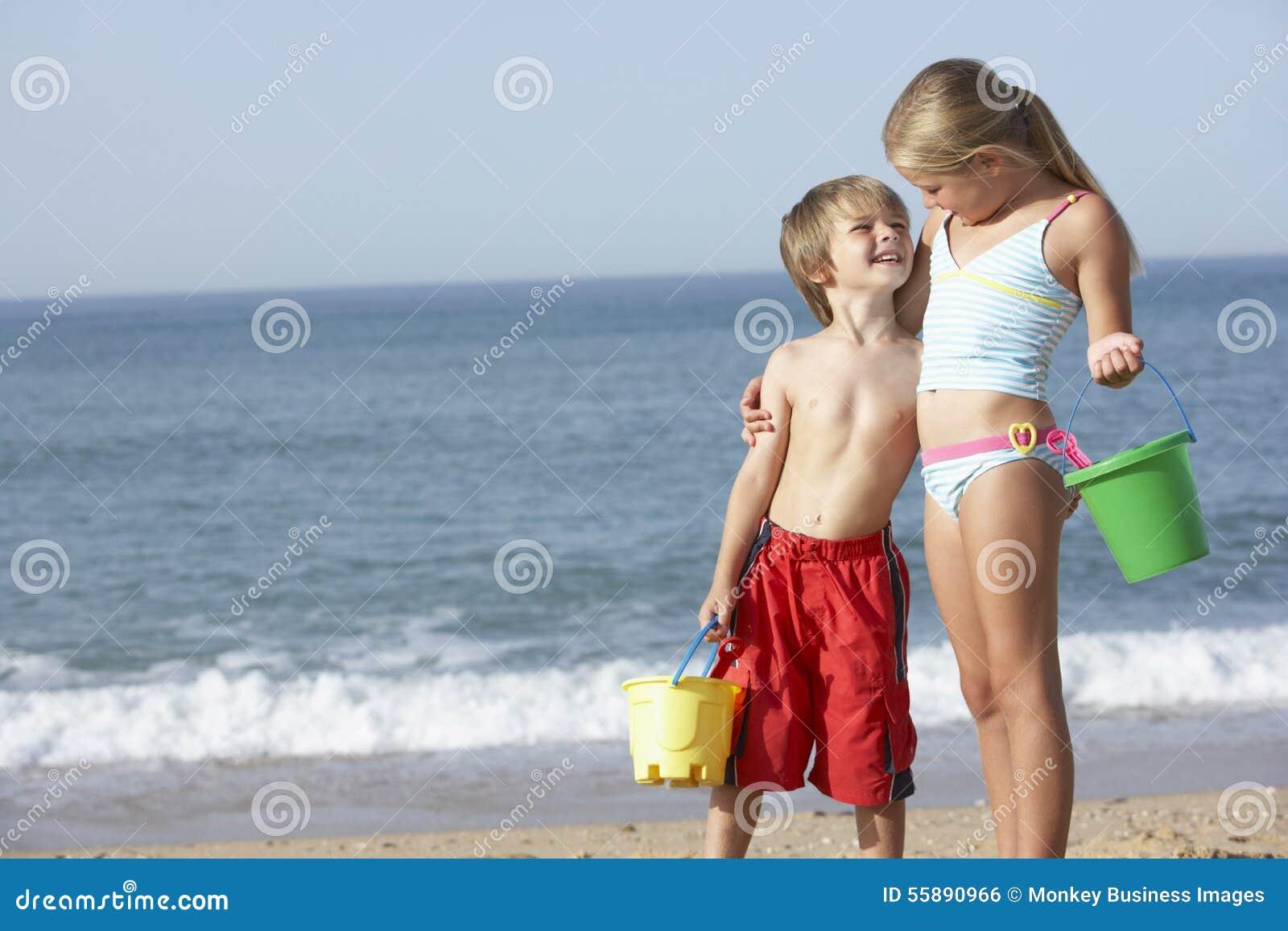 Jongen en meisje die strand van vakantie genieten stock foto afbeelding 55890966 - Set van jongens en meisjes ...