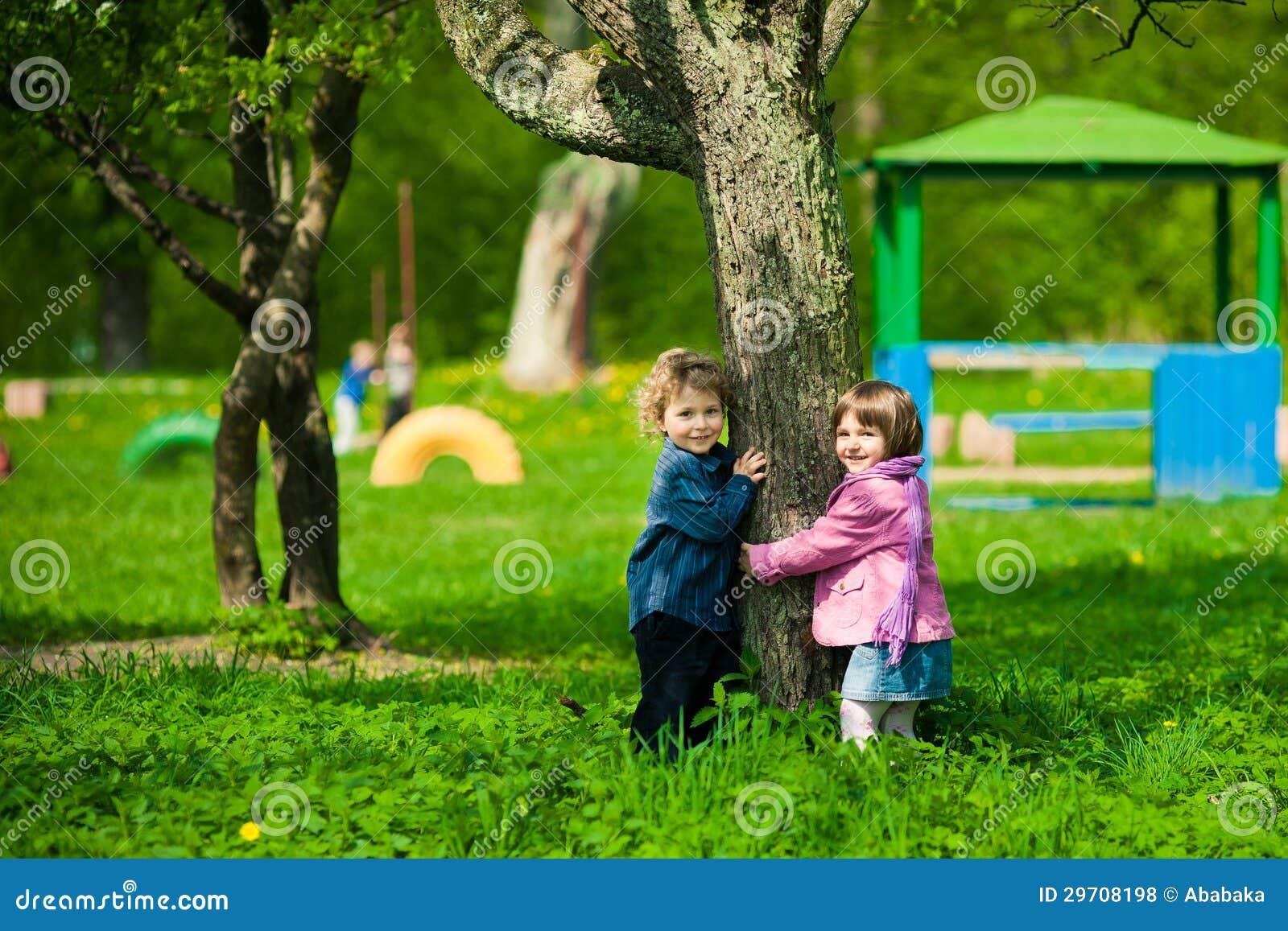 Jongen en meisje op een speelplaats royalty vrije stock foto 39 s afbeelding 29708198 - Twee meisjes en een jongen ...