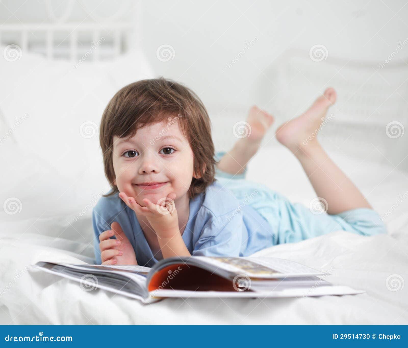 Jongen gelezen boek