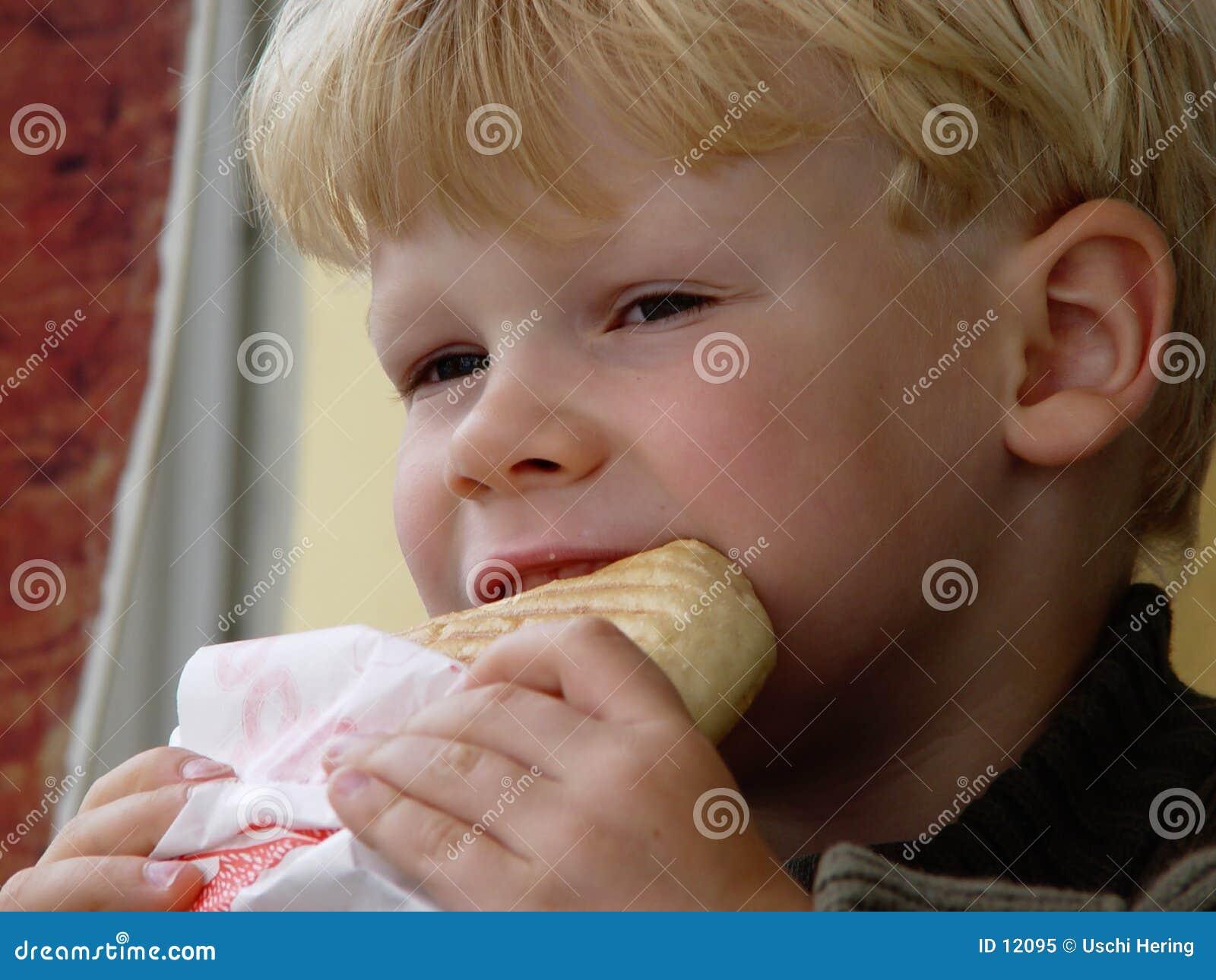 Jongen het eten