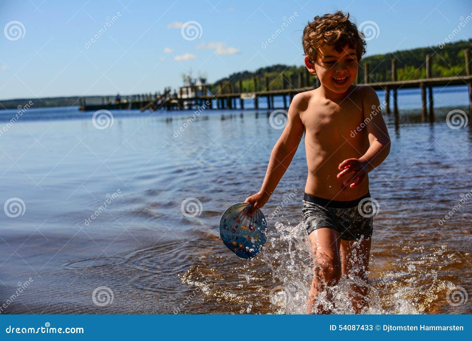Jongen het spelen in het water