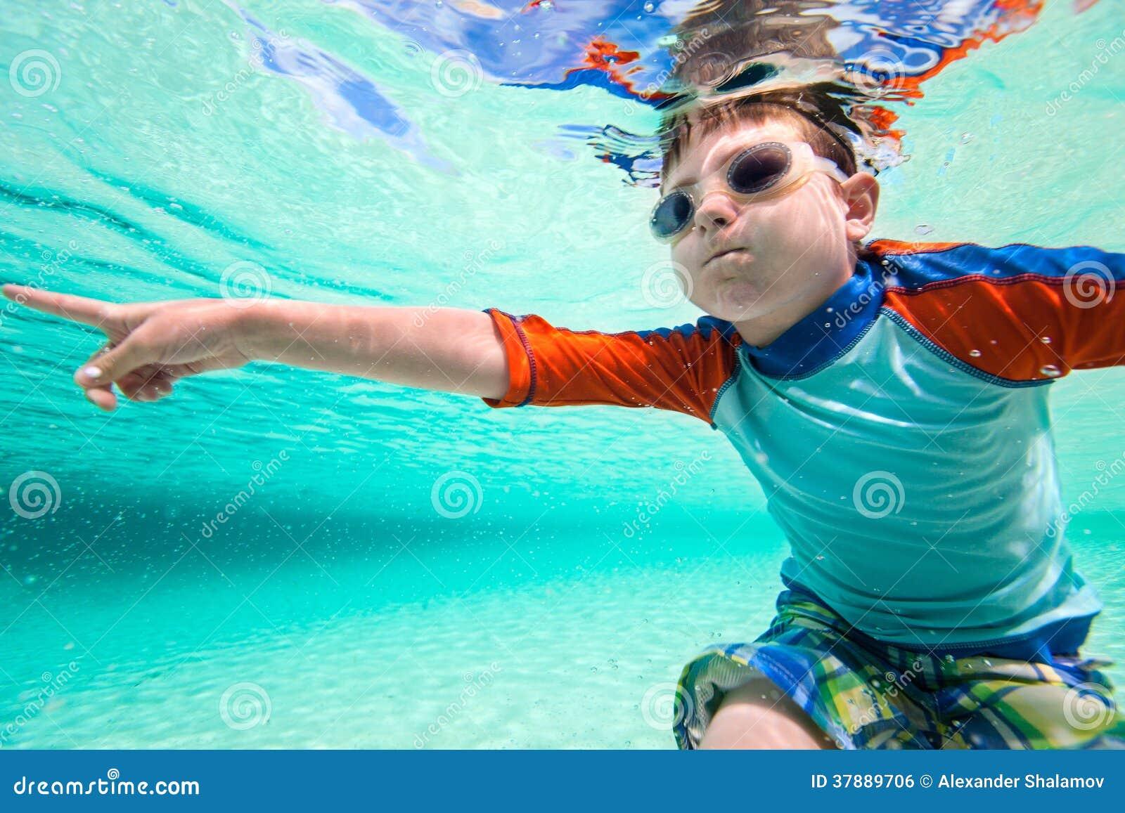 Jongen onderwater zwemmen