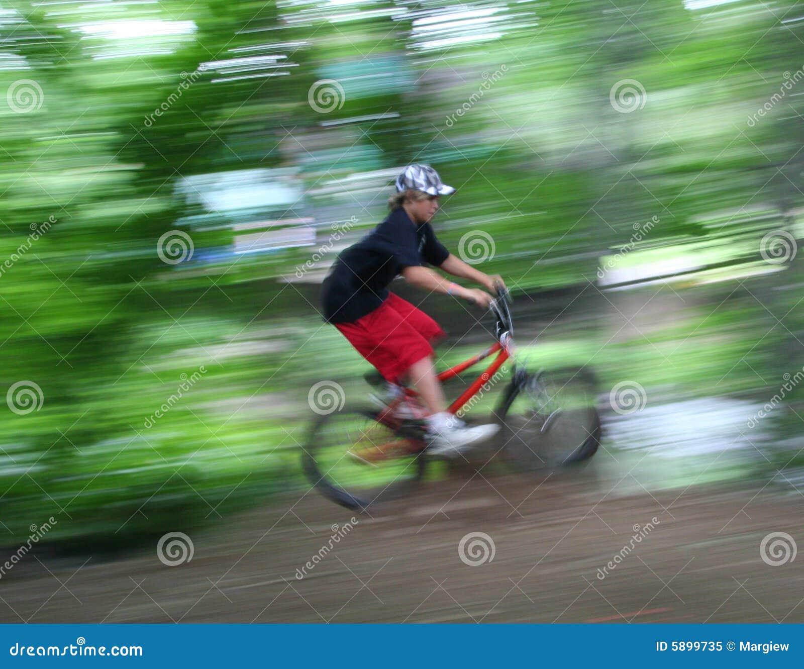 Jongen op de snelheid van de fiets stock afbeelding afbeelding 5899735 - Turquoise ruimte van de jongen ...