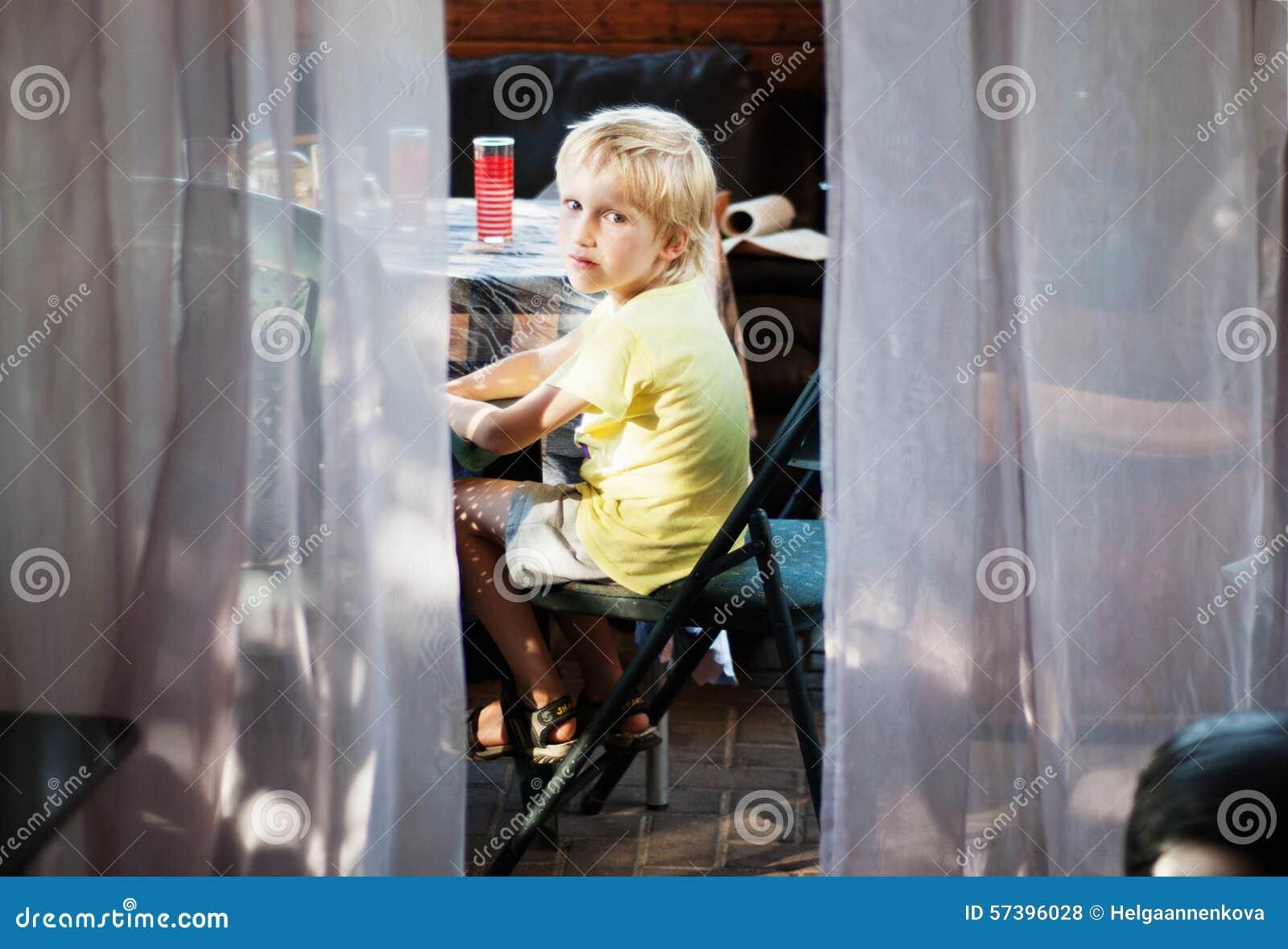 Jongen op de veranda