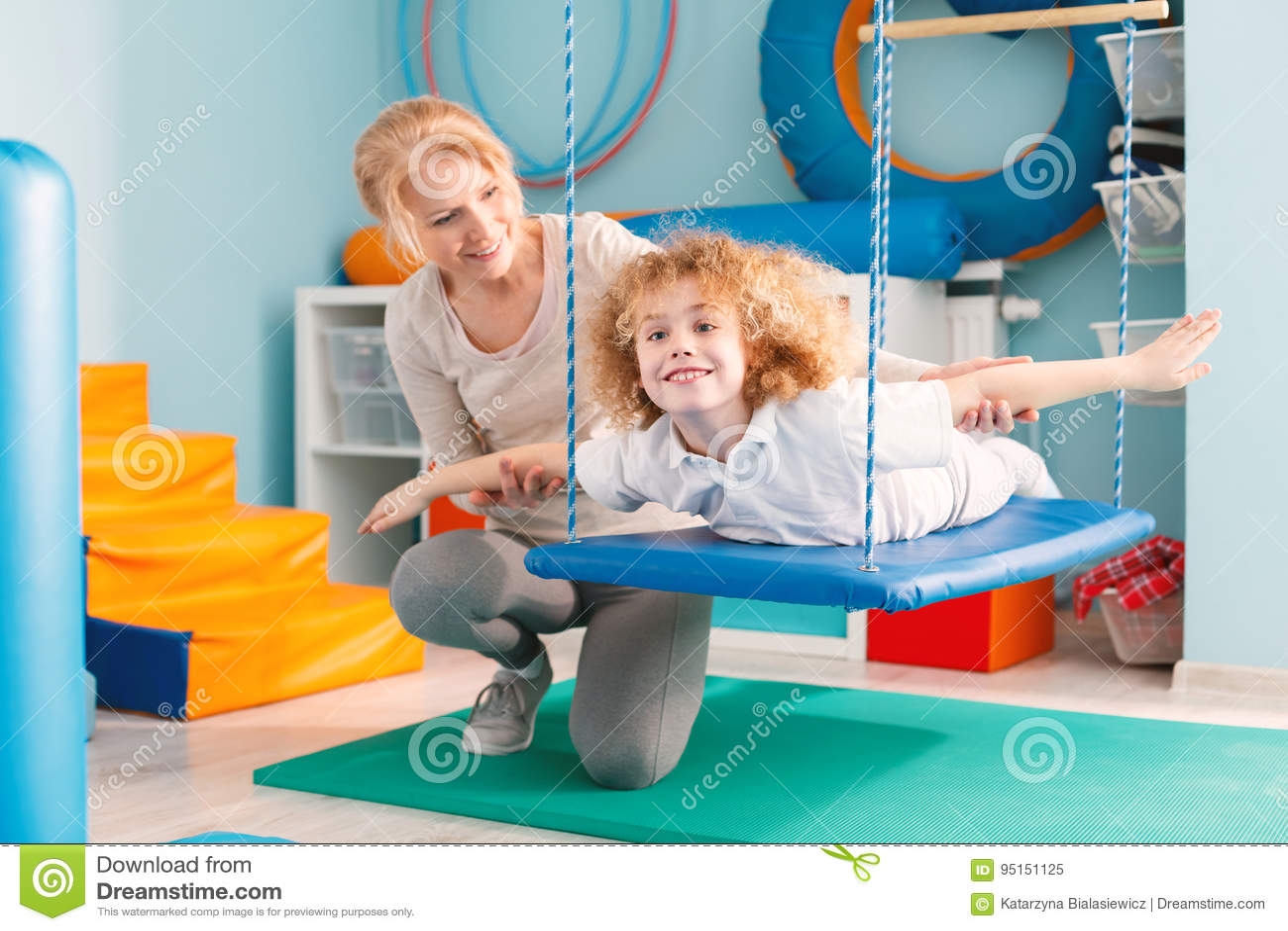Jongen op therapieschommeling