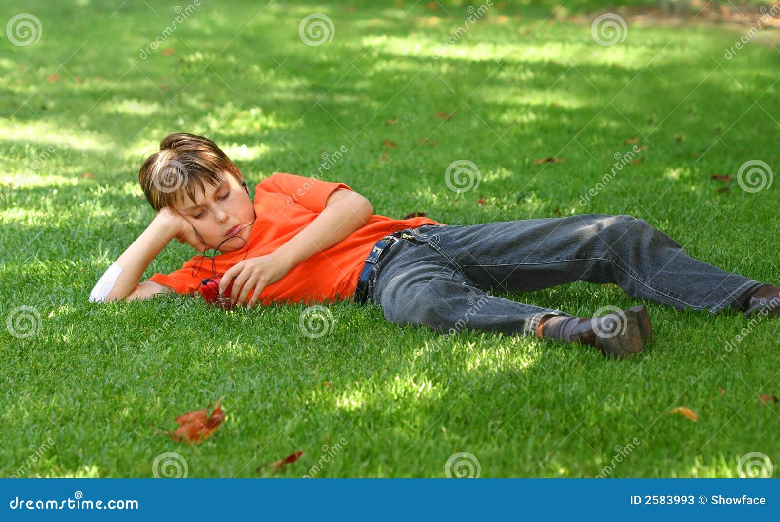 Jongen in park met mp3 speler