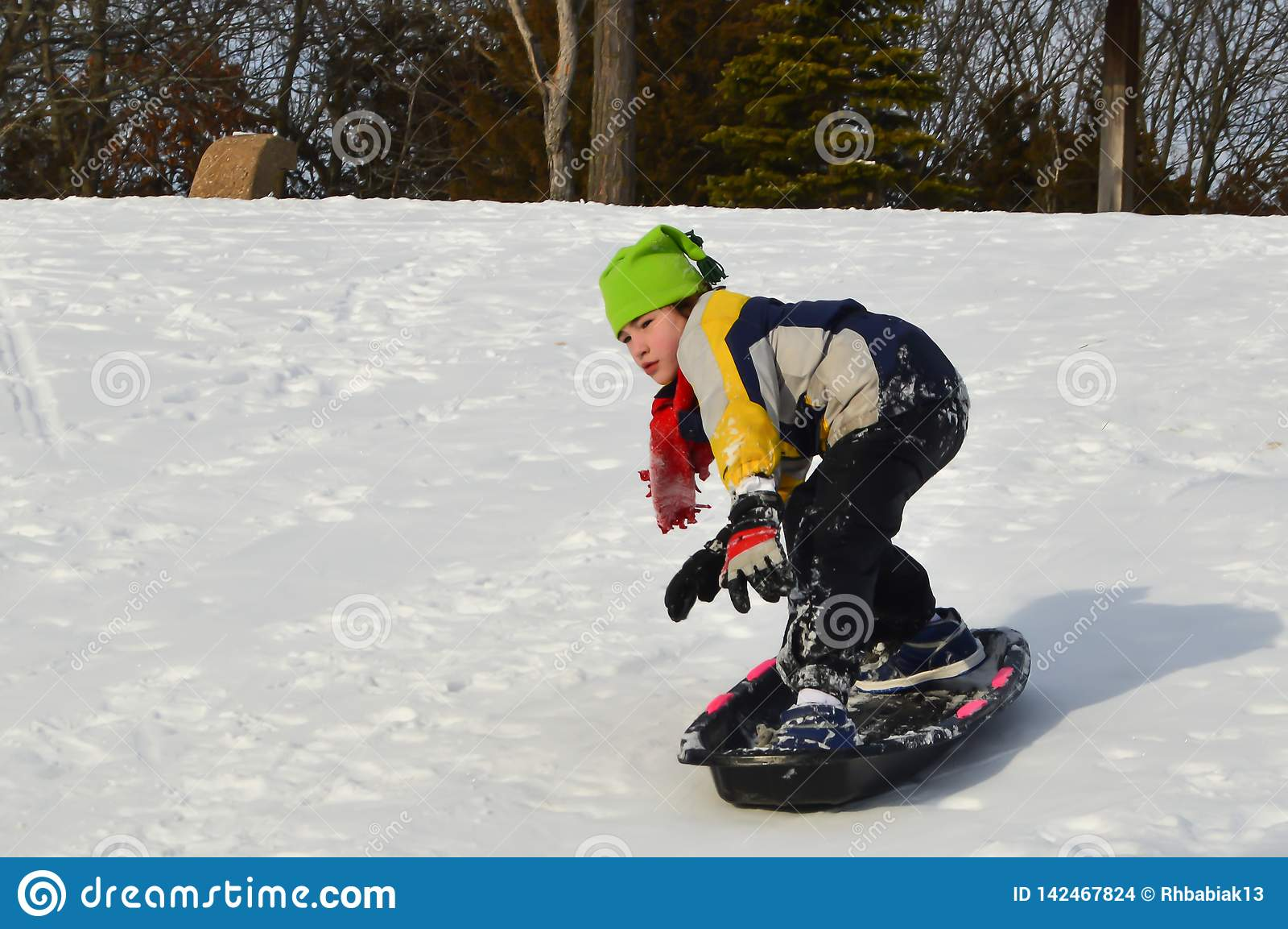 Jongen Snowboarding op een Slee in de Winter