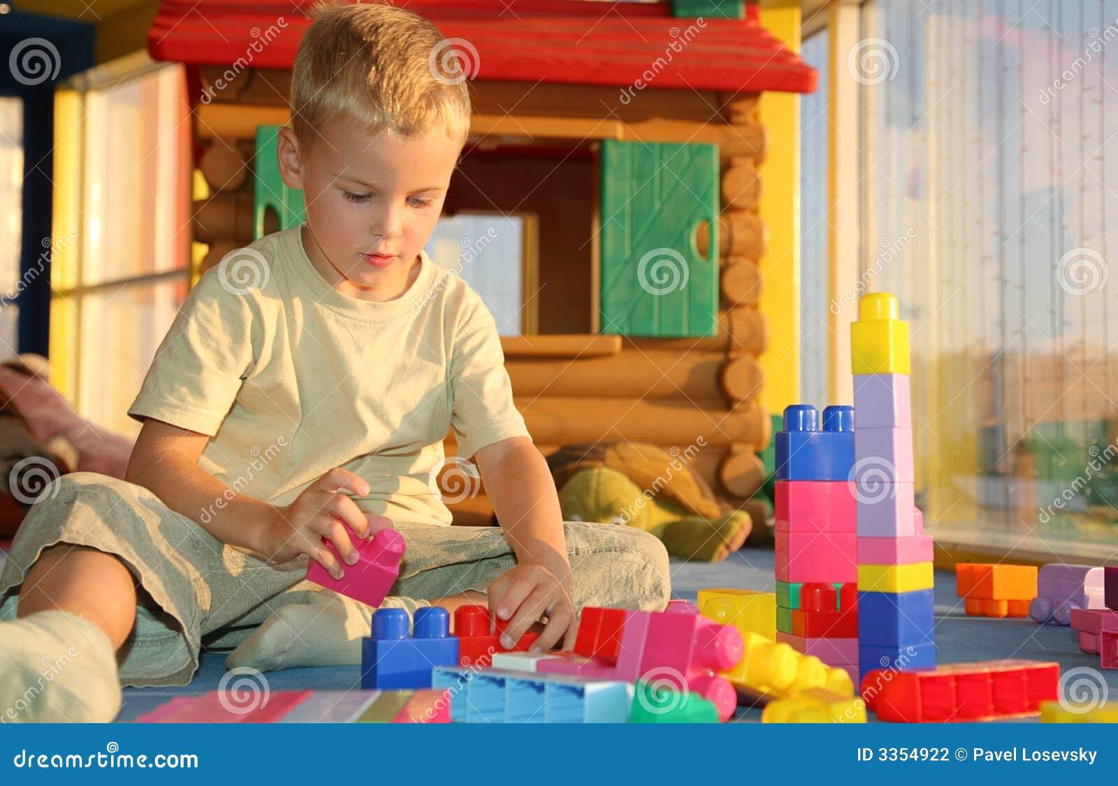 Jongen in speelkamer