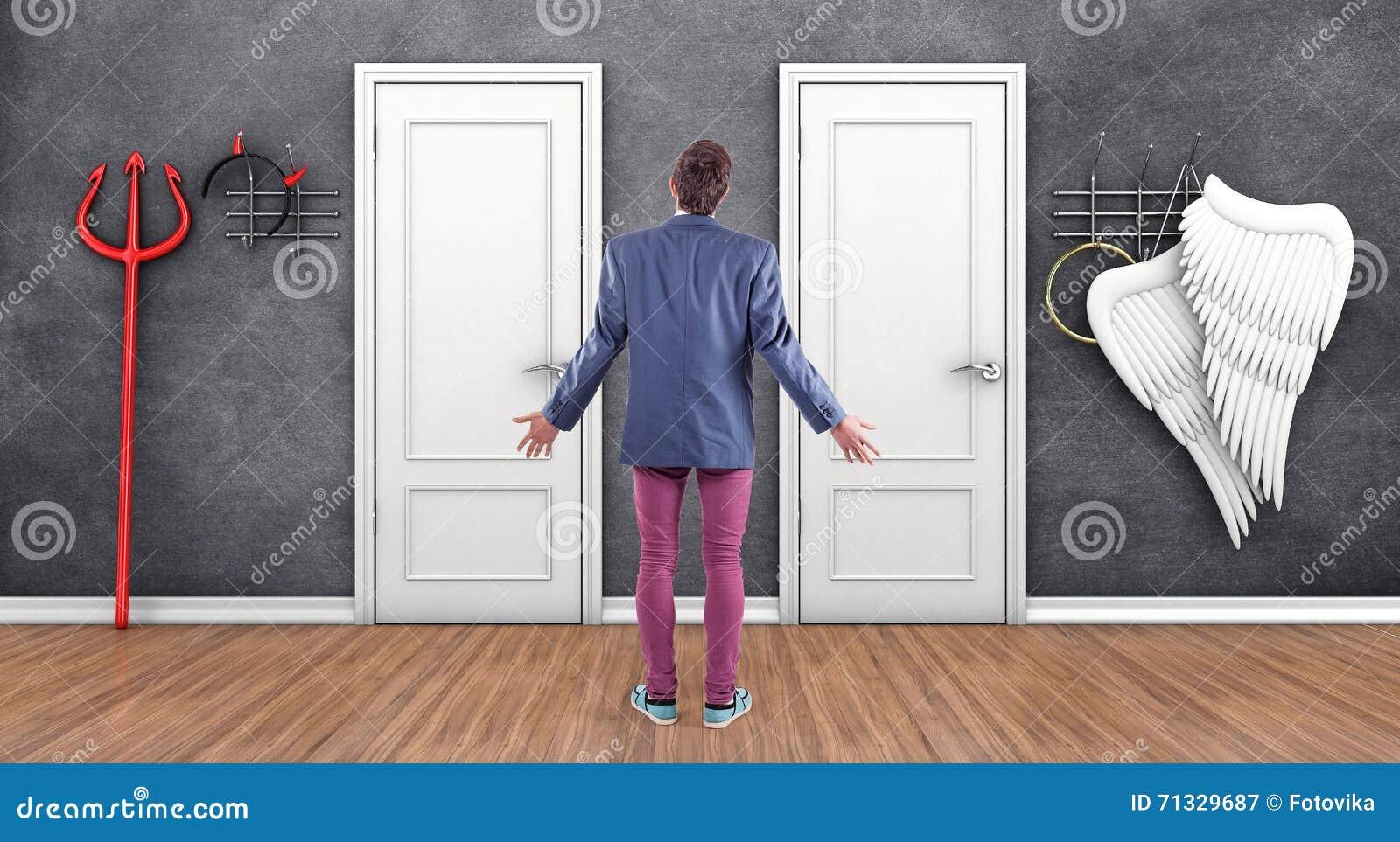 Jongen vóór deuren