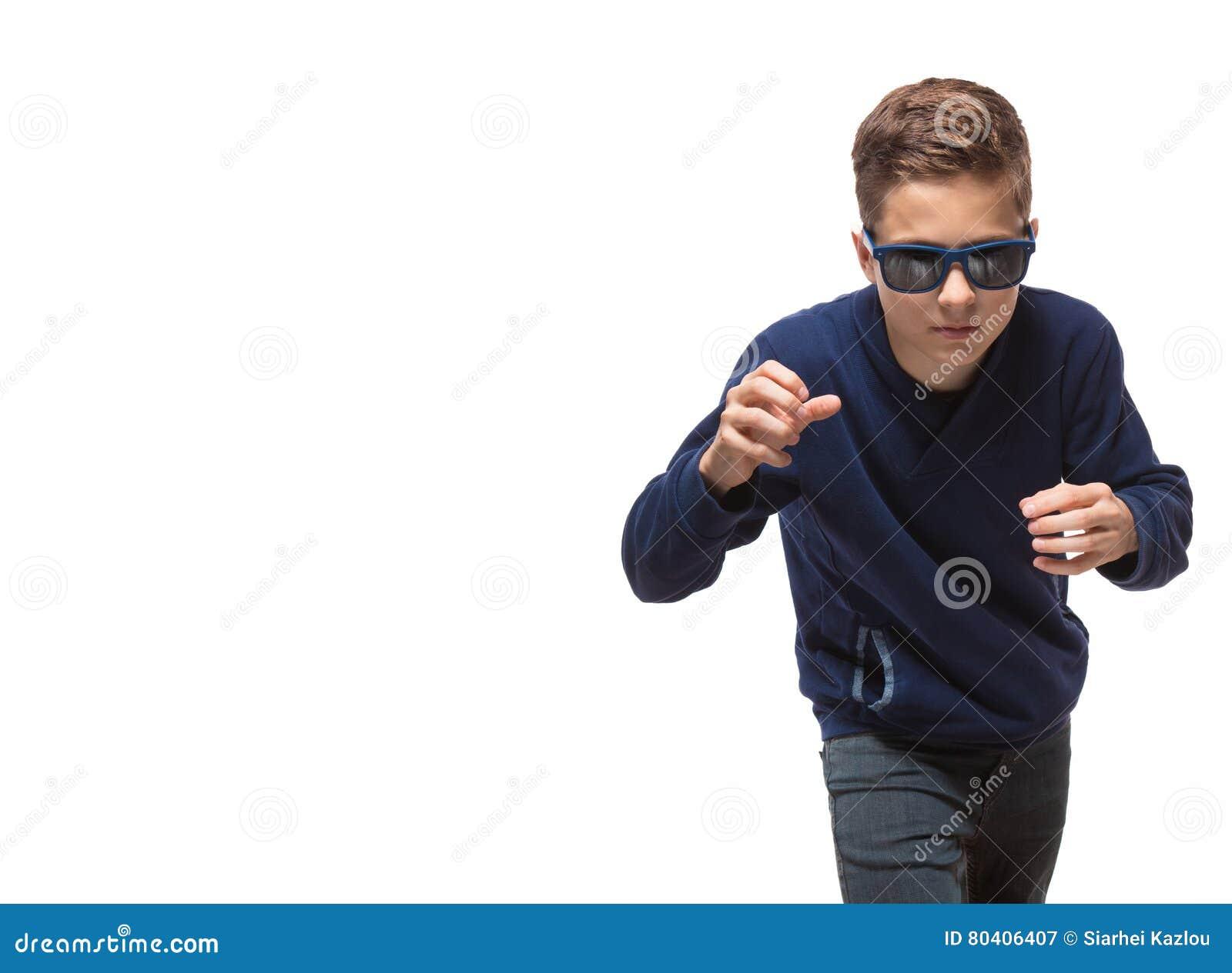 35de8e2359bde7 Jongen Van De Acteurs De Donkerbruine Tiener Hipster In Zonnebril ...