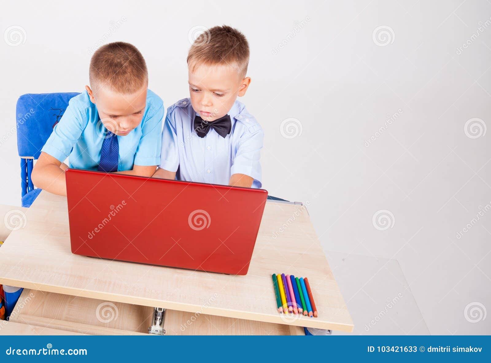 Jongens bij een computer op de Internet-schoollessen