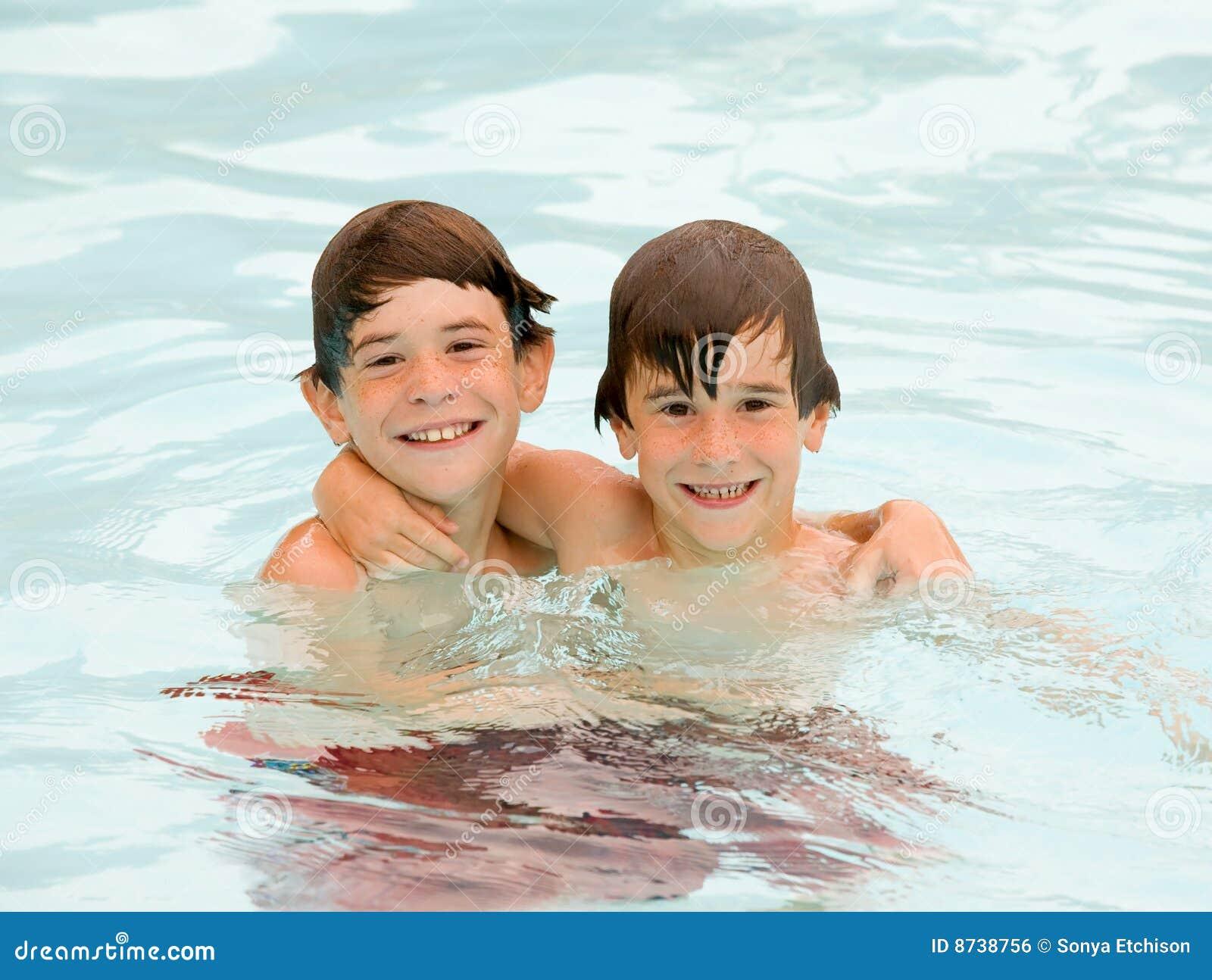 Jongens die een Tijd van de Pret hebben bij de Pool