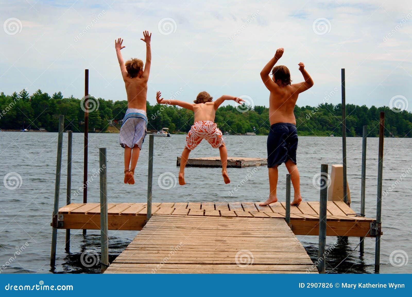 Jongens die in meer springen