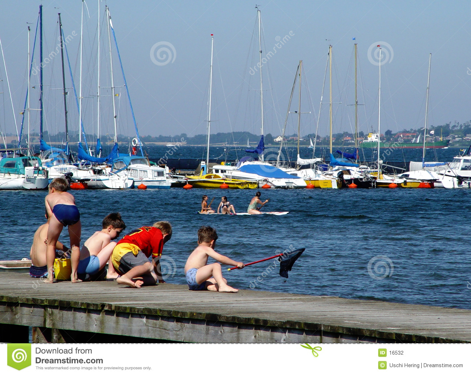 Jongens die op een pijler vissen