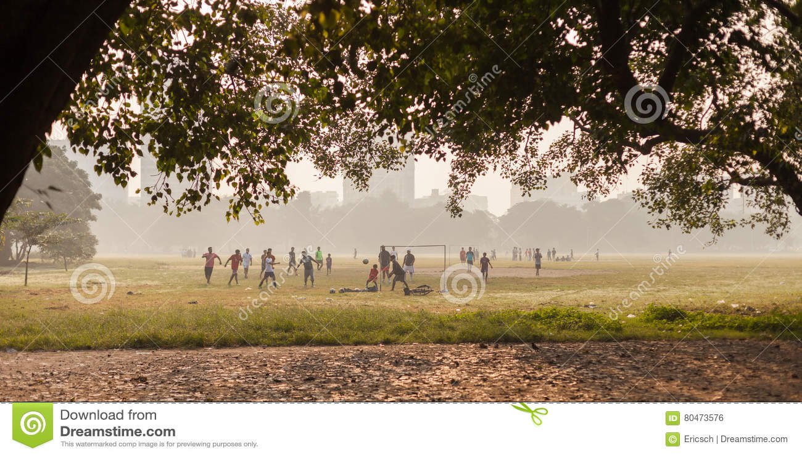 Jongens die voetbal, Kolkata, India spelen