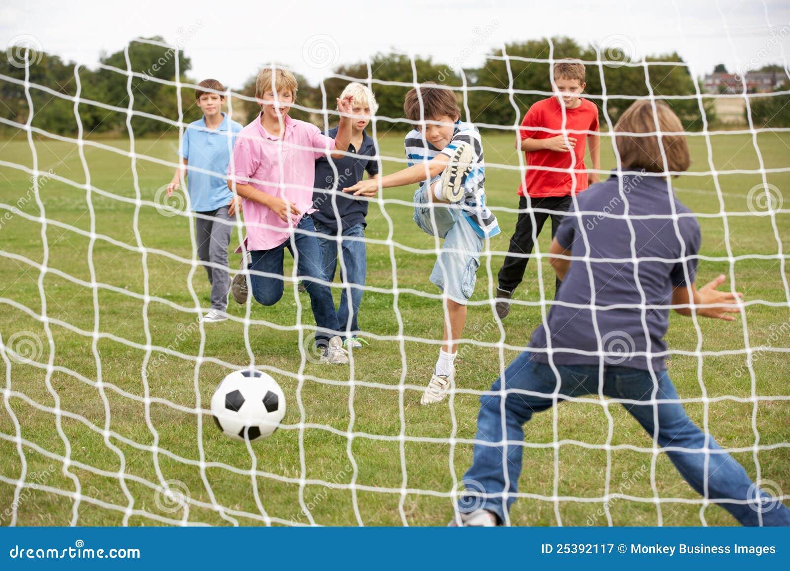 Jongens die voetbal in park spelen