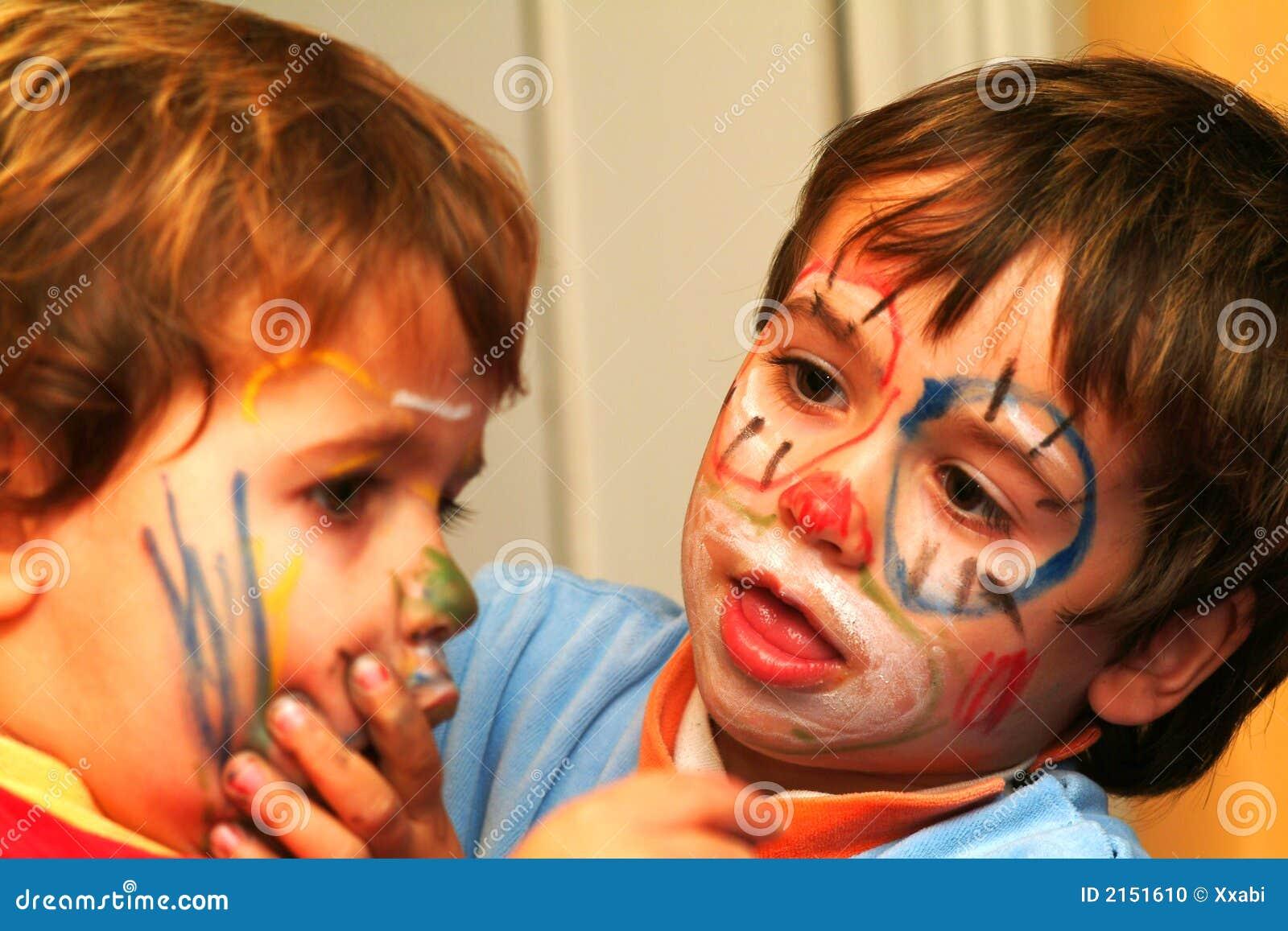 Jongens die zijn gezichten schilderen stock foto beeld 2151610 - Schilderen kind jongen ...