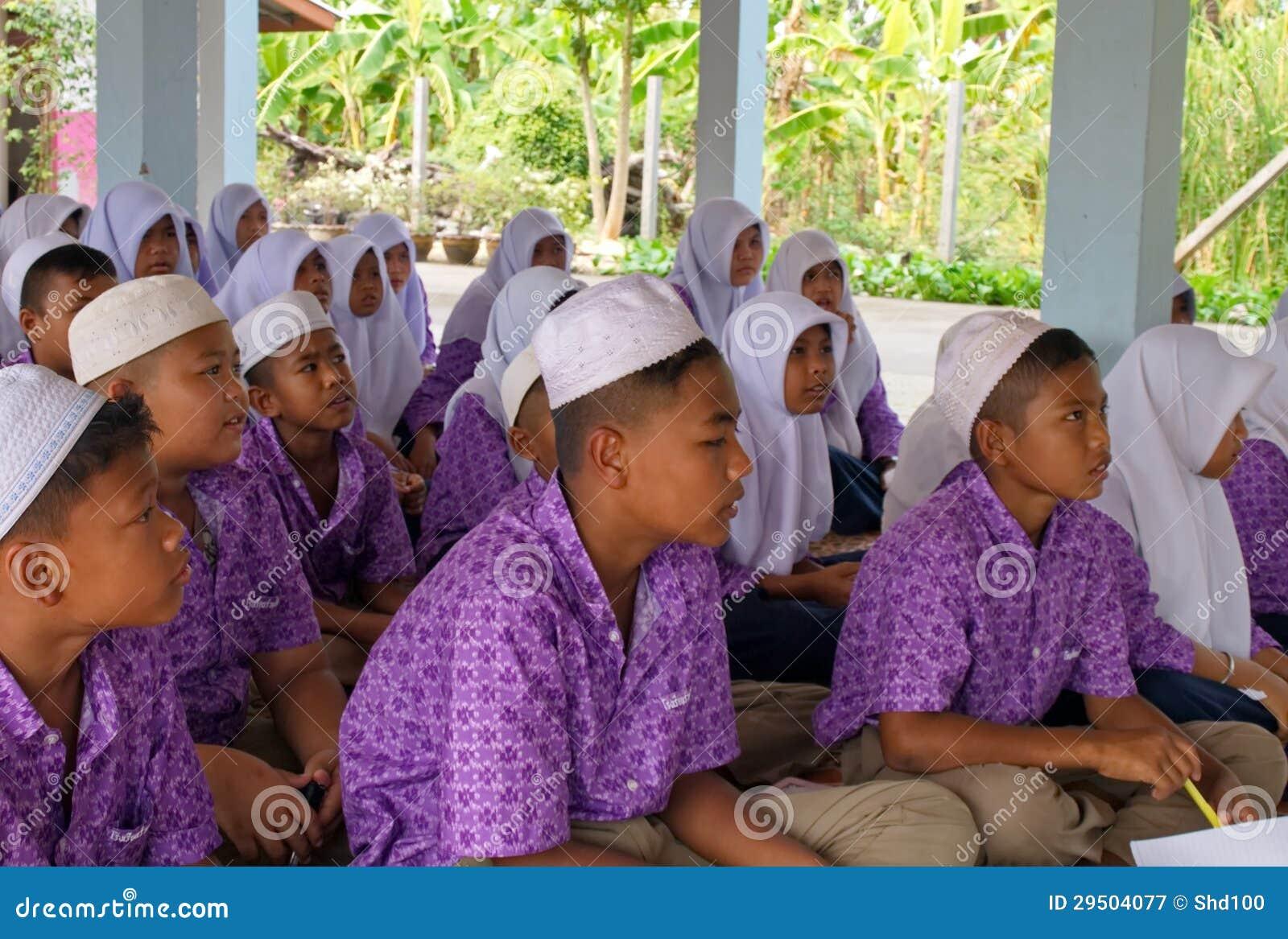 Jongens en meisjes in een Moslimgesubsidieerde lage school in Thailand