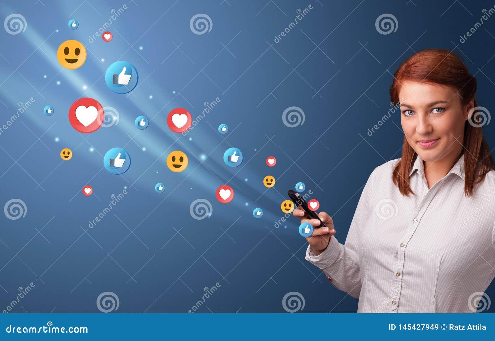Jongere die telefoon met sociaal media concept met behulp van