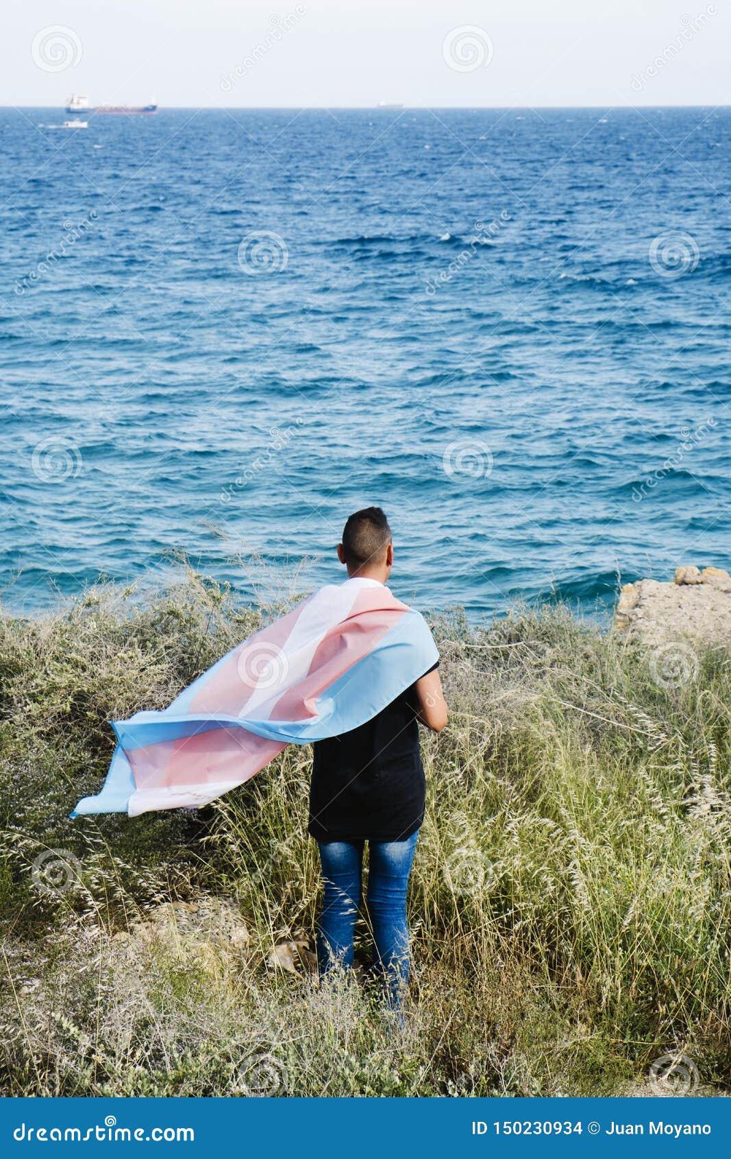 Jongere met een vlag van de transsexueeltrots